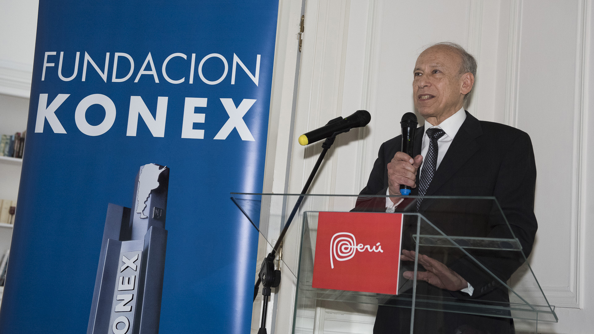 El presidente de la Fundación Konex, Luis Ovsejevich, durante la recepción en la Residencia de la embajada del Perú, en honor a los ganadores del Premio Konex