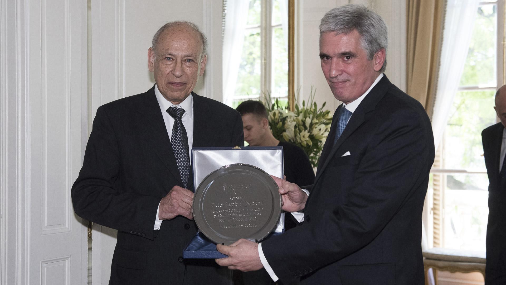 Luis Ovsejevich le entregó una distinción al embajador de Perú, Peter Camino Cannock