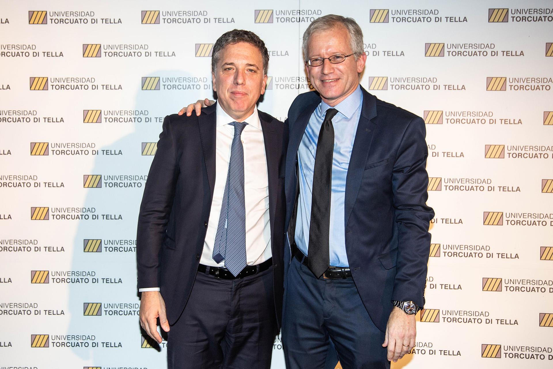 El ministro de Hacienda y Finanzas, Nicolás Dujovne, posa junto a Schargrodsky