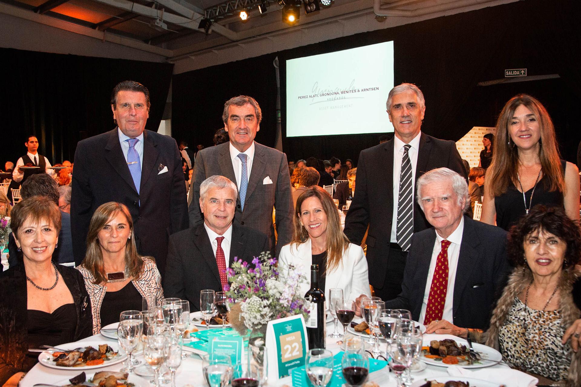 La mesa del Banco Galicia encabezada por su presidente, Eduardo Escasany, y los directores de la entidad