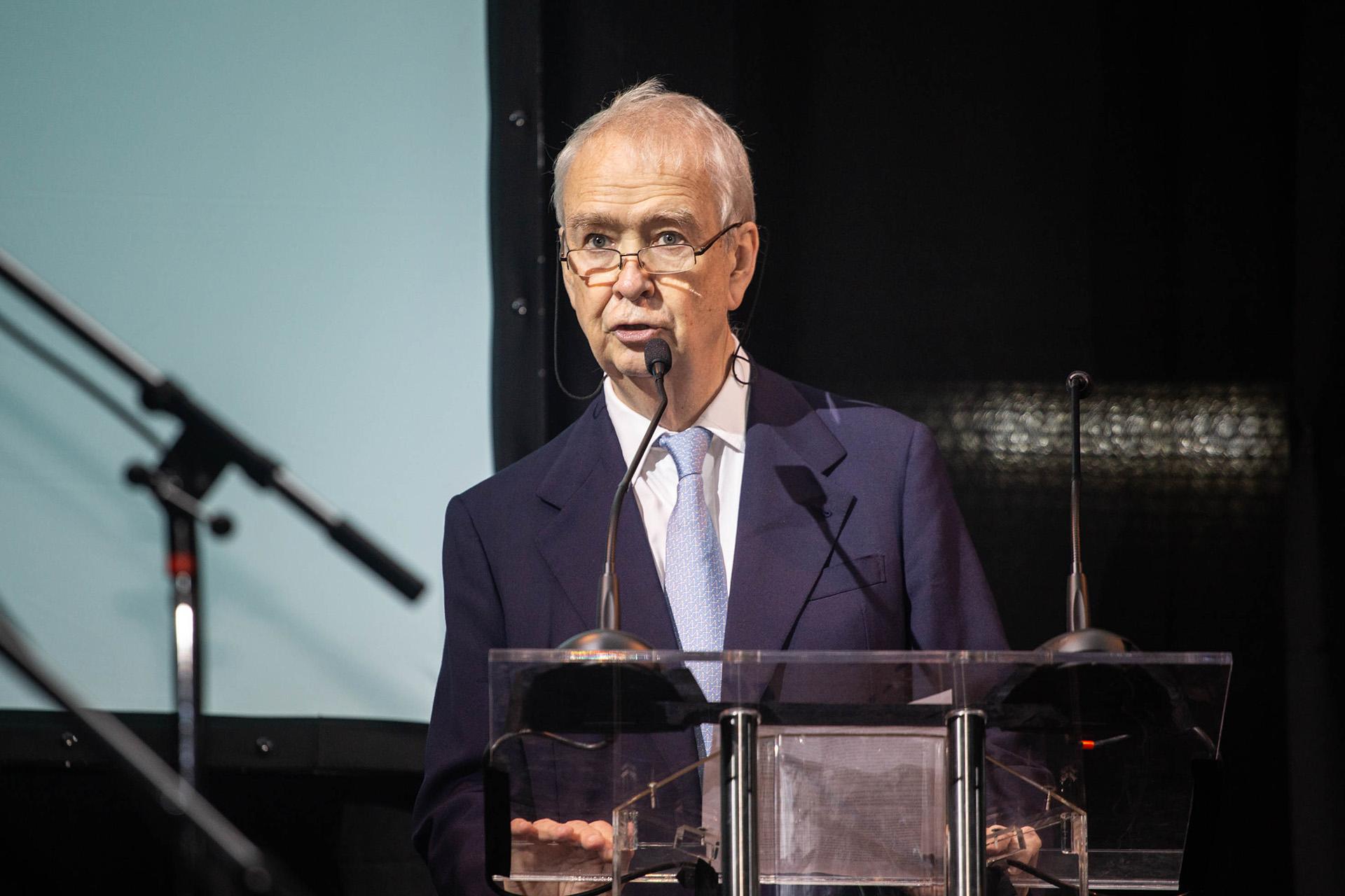 El presidente del Consejo de Dirección de la UTDT, Carlos Franck, anunciando al próximo rector, Juan José Cruces