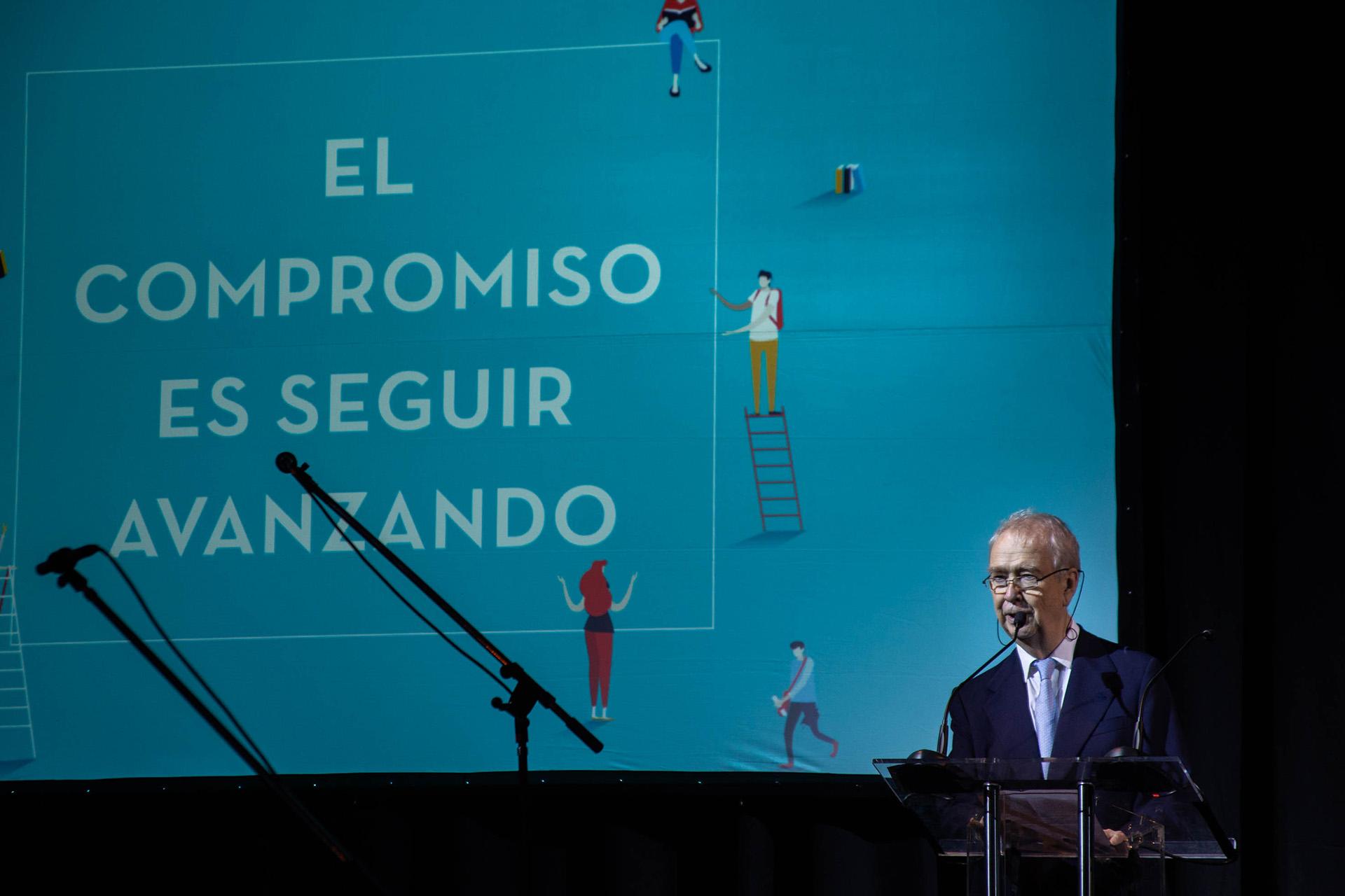 Carlos Franck en el momento en que anunció al nuevo rector de la universidad