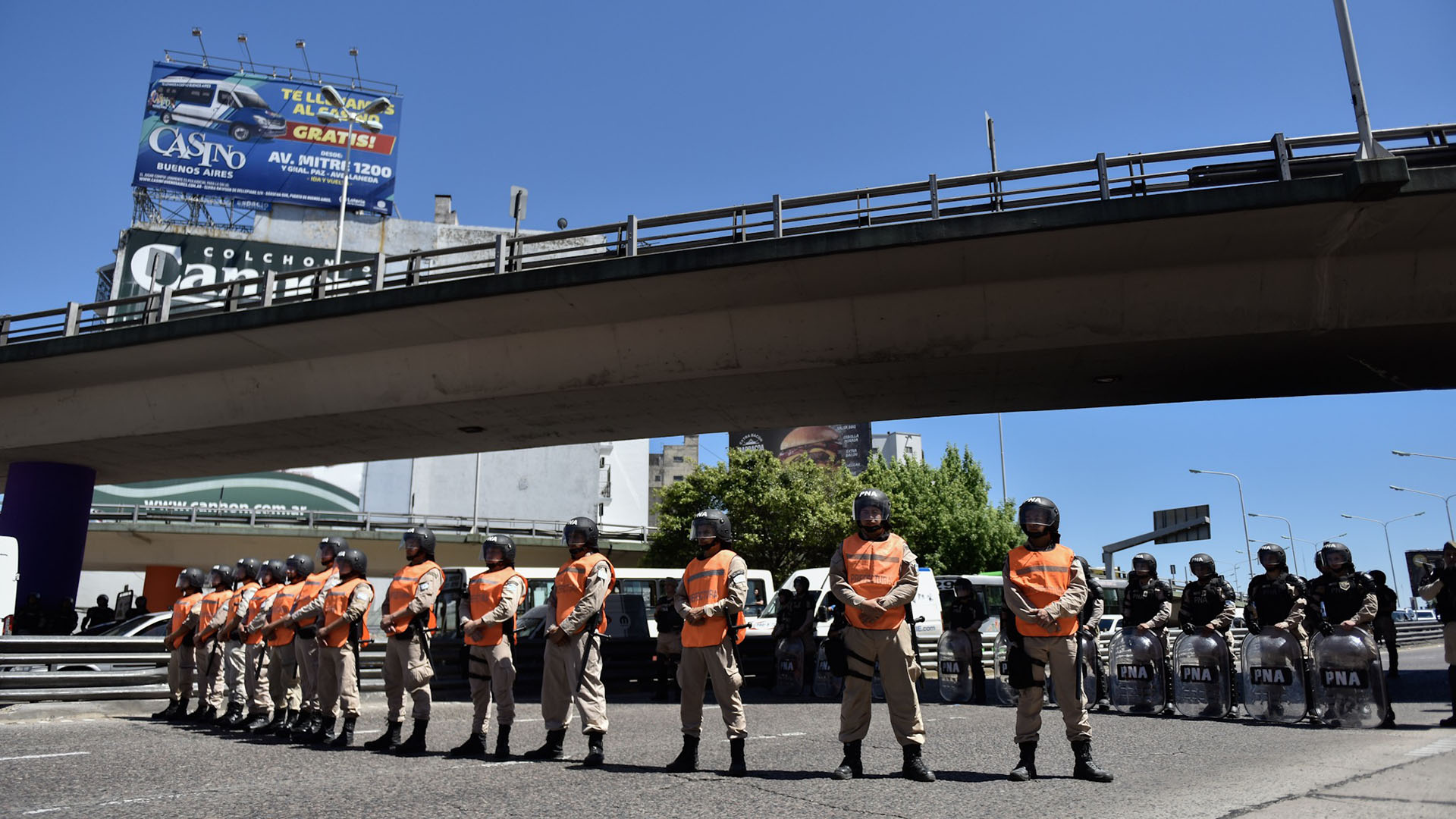 Efectivos de las fuerzas de seguridad apostadosen uno de los ingresos al Puente Pueyrredón