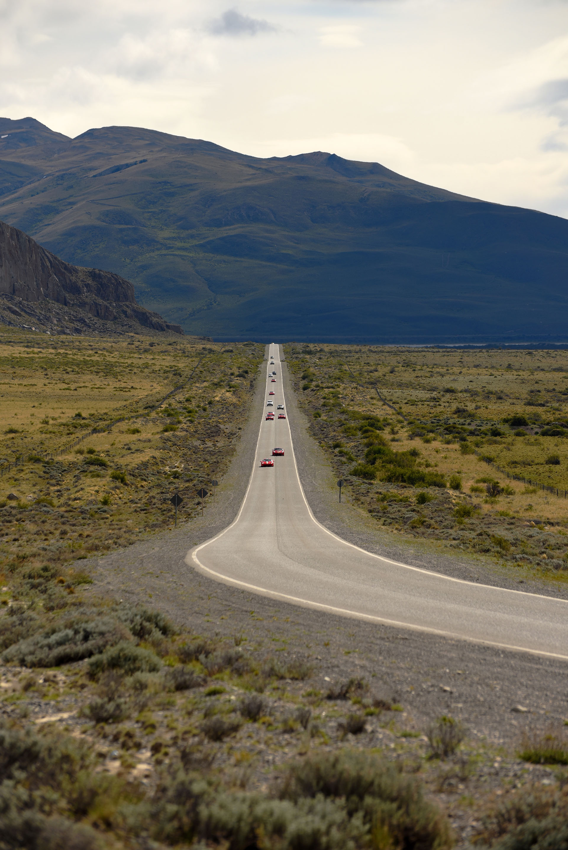 Una imagen única: El Calafatecargado de modelos Ferrari.El paisaje lo presta la ruta provincial número 11 que va haciaelParque Nacional Los Glaciares