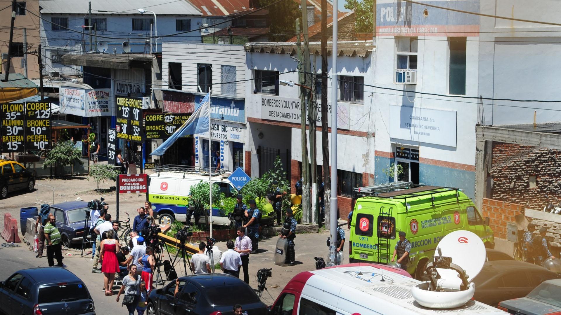 El gran cordón policial impuesto frente a la comisaría para evitar enfrentamientos (Maximiliano Luna)