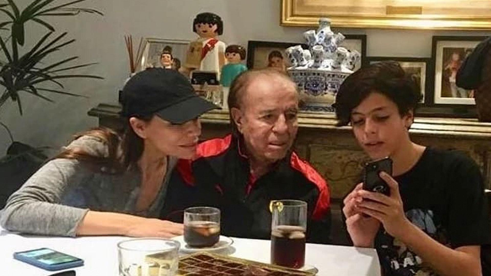 Máximo Menem, el hijo de Cecilia Bolocco y Carlos Menem, tiene un tumor cerebral. En la clínica Las Condes, el adolescente de 14 años se sometió a una compleja cirugía de urgencia