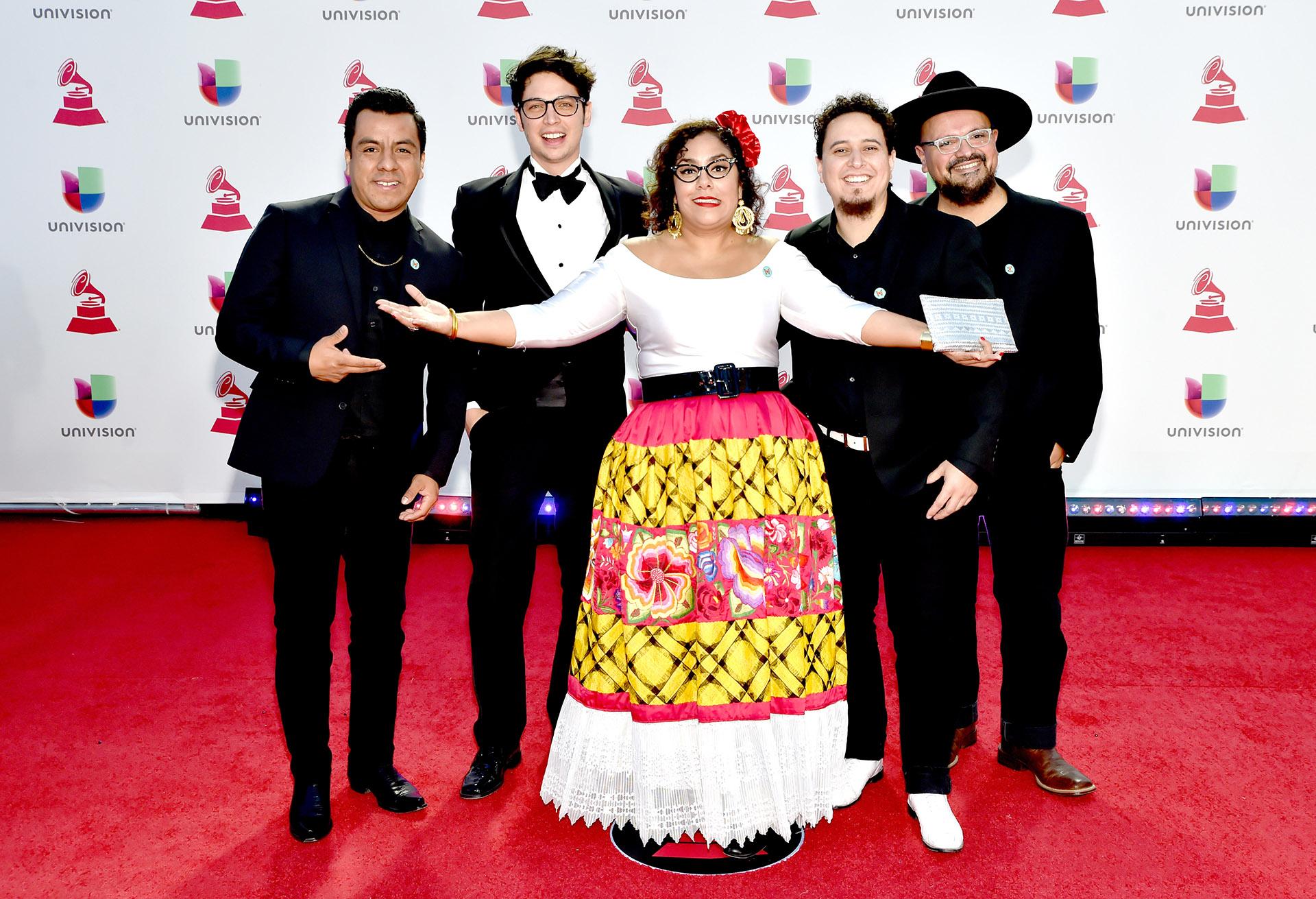 Todos los integrantes del grupo musical La Santa Cecilia