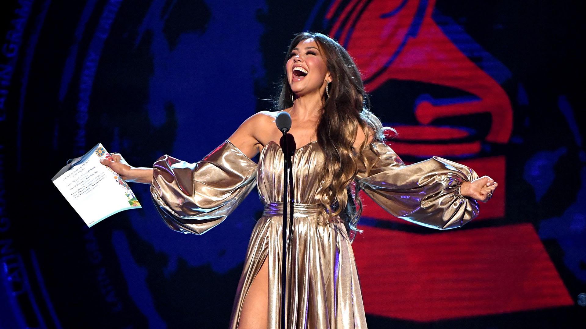 Thalia anunciando la victoria de Luis Miguel por mejor álbum del año y Ranchera Mariachi