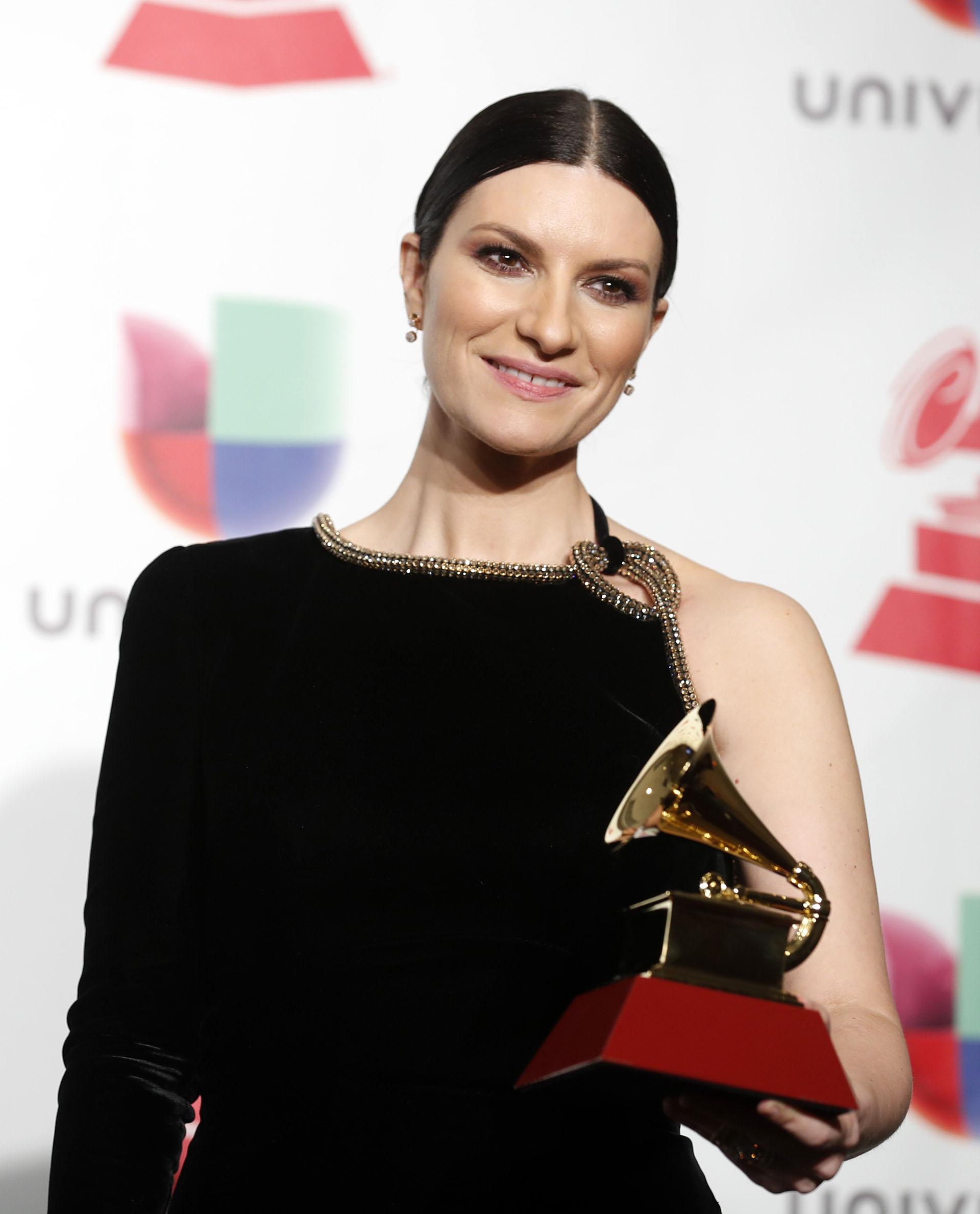La cantante Laura Pausini después de recibir el premio a Mejor Álbum Vocal Pop Tradicional.