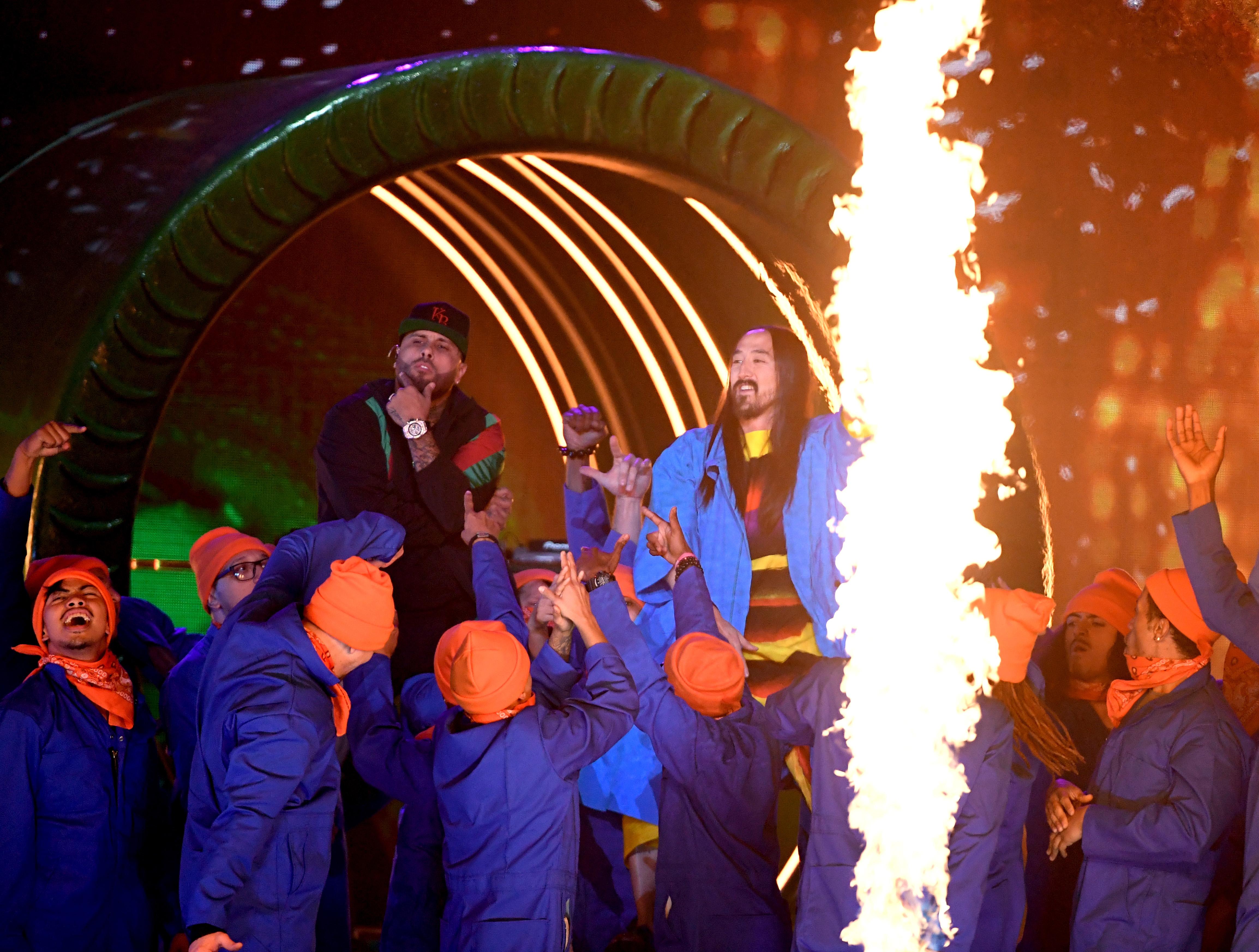 Nicki Jam y Steve Aoki en la gran noche de los Grammy Latinos.