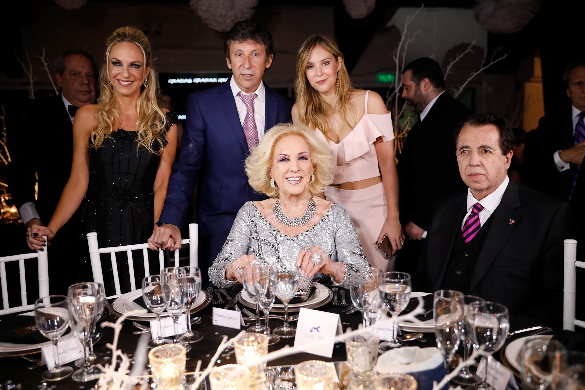 Mirtha Legrand junto al intendente Gustavo Posse, su pareja Daniela Bruno, su hija Macarena Posse y Héctor Vidal Rivas en la mesa principal de la gala