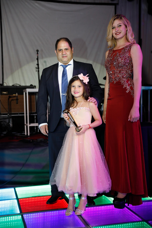 """Felipe Noble Herrera y su hija Mora compartieron la mesa principal junto Mirtha Legrand y Gustavo Posse, y recibieron el premio """"Cheers"""" en representación de Vanesa Noble Herrera, quien fue distinguida por su gran labor solidaria"""