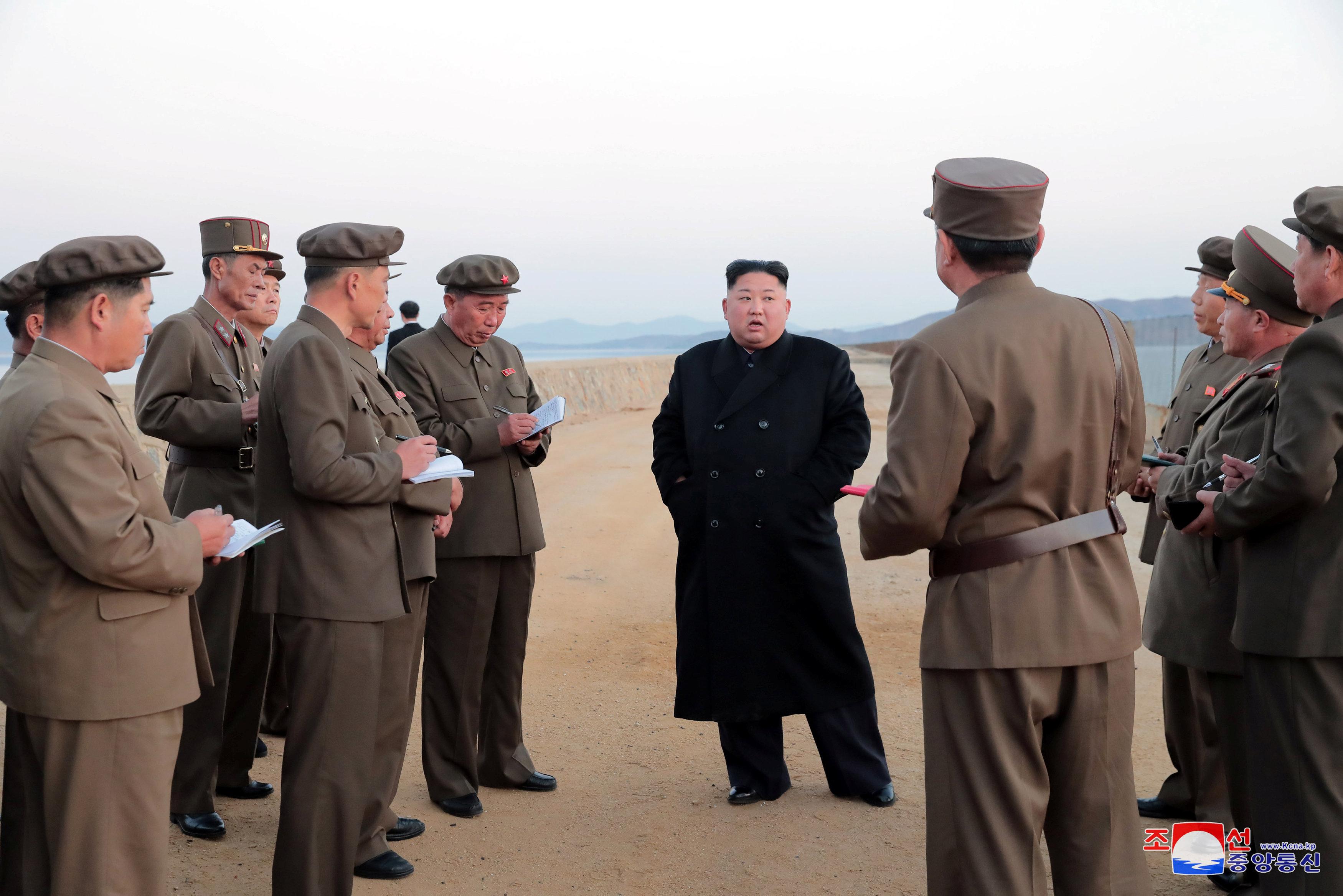En esta foto sin fecha difundida el viernes 16 de noviembre de 2018 por el gobierno de Corea del Norte, el gobernante de ese país, Kim Jong Un, al centro, escucha a un oficial militar mientras inspecciona la prueba de un arma en la Academia de Ciencia Nacional de Defensa (Agencia Telegráfica Central de Corea (KCNA por sus siglas en inglés)/Korea News Service vía AP)