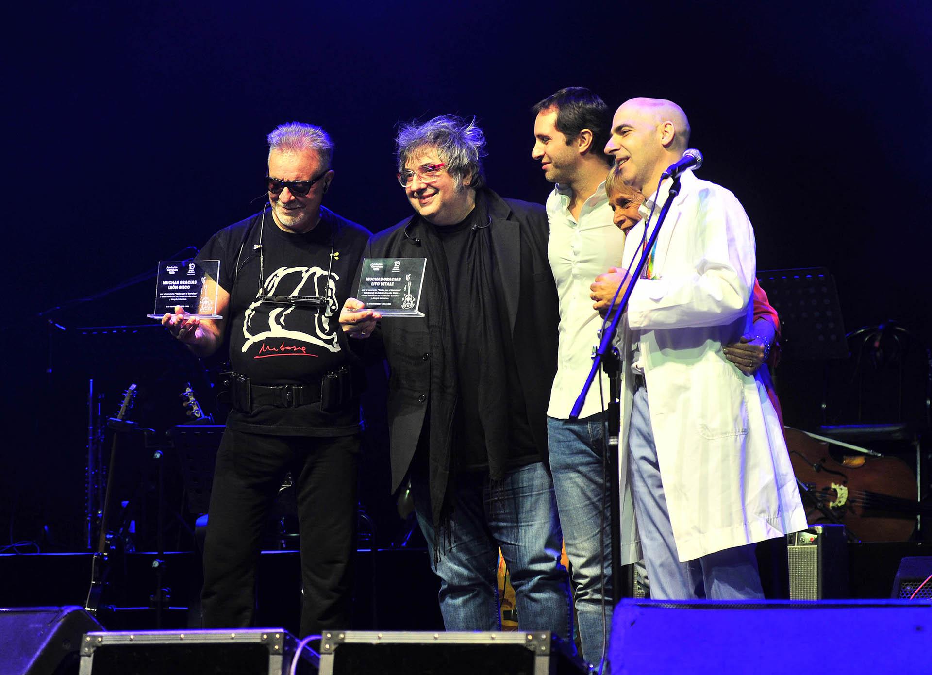 León Gieco y Lito Vitale recibieron sus premios por parte del equipo de Casa Garrahan