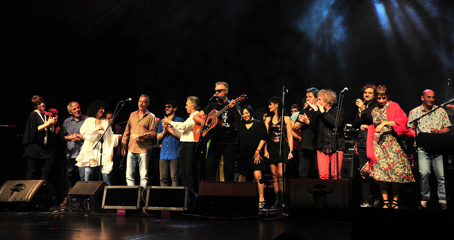 """En el teatro Opera se realizó el show solidario """"Todos por el Garrahan"""" en el que participaron artistas como León Gieco, Pedro Aznar, Hilda Lizarazu, Jairo y Julia Zenko, entre otros (Teleshow)"""