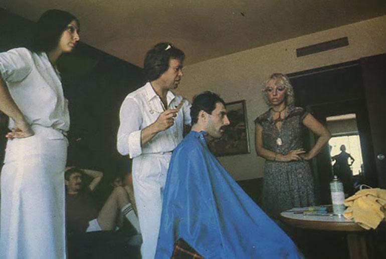 Miguel Romano, uno de los estilistas del momento, junto a los músicos