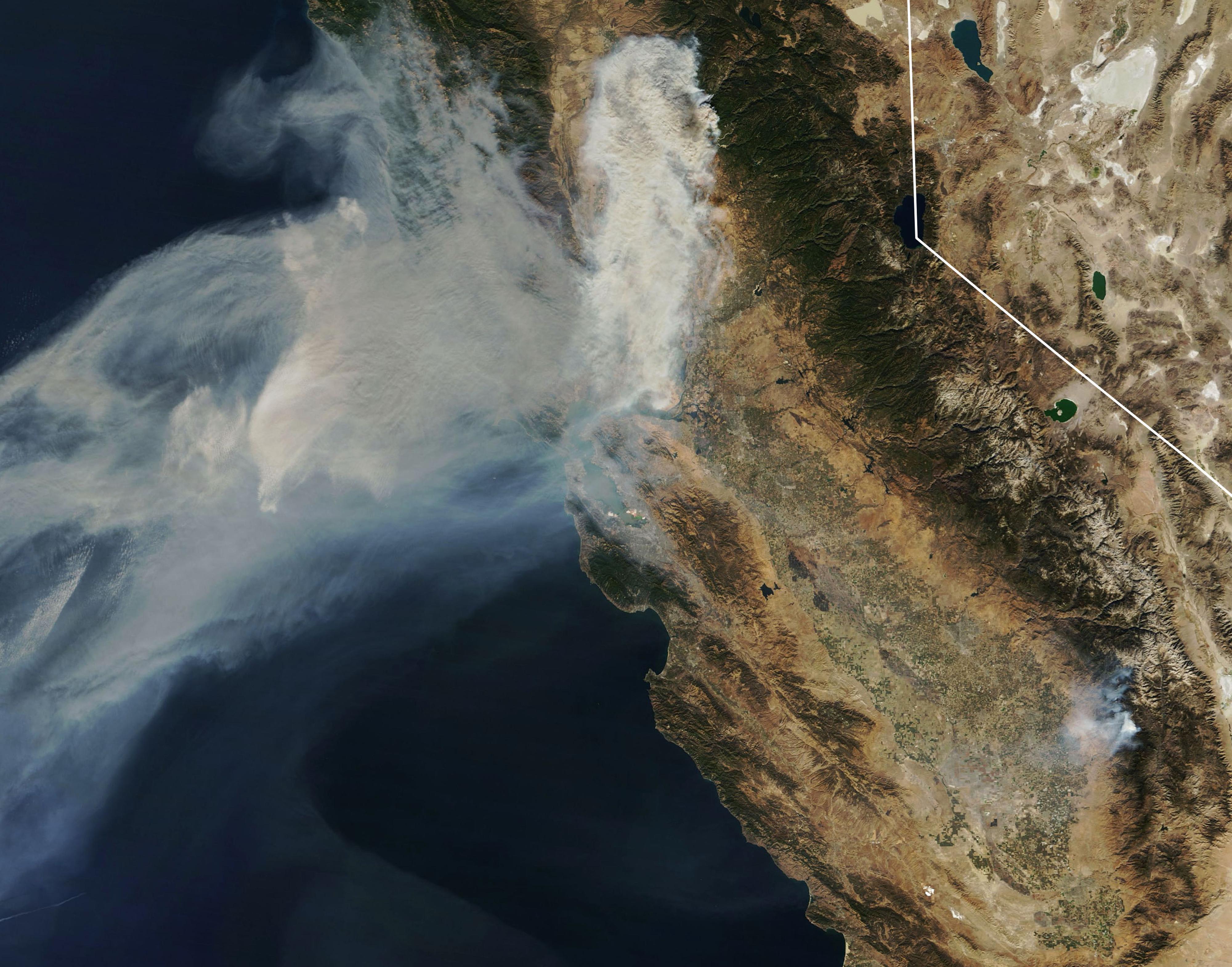 Una imagen de la NASA muestra el avance del humo hacia la bahía