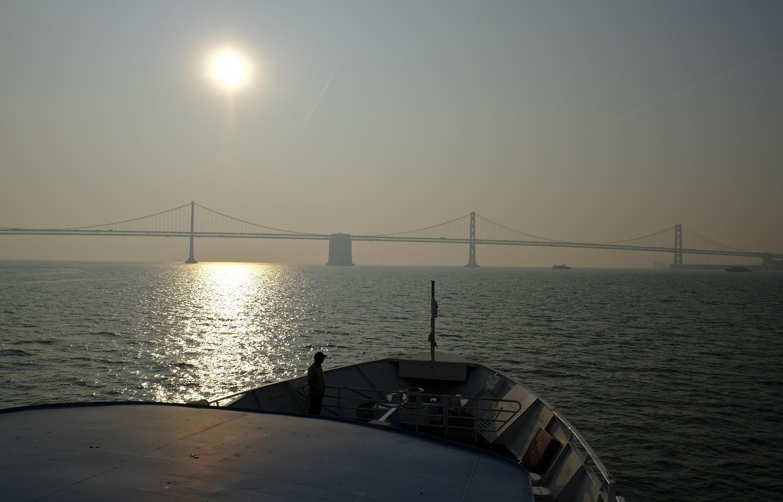 Residentes publicaron fotos en las redes sociales del famoso puente Golden Gate y San Francisco-Oakland Bay Bridge, difícilmente visibles en una atmósfera cargada de partículas