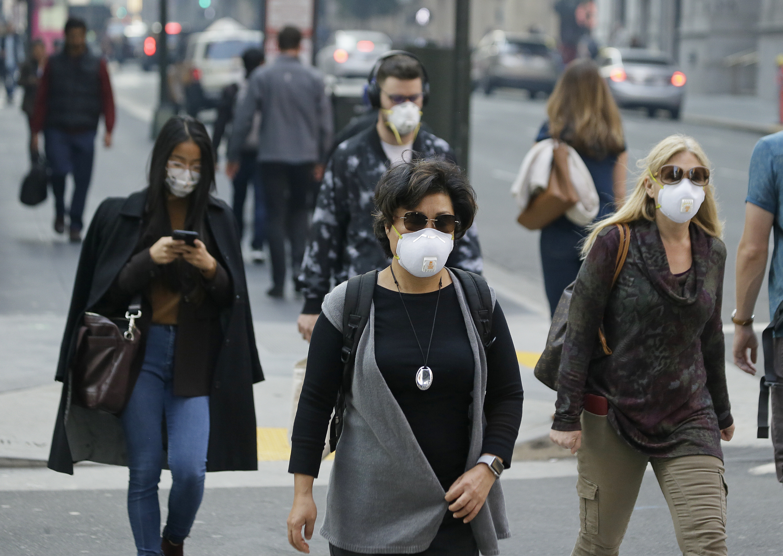 Las mascarillas para evitar el ingreso de partículas al sistema respiratorio se popularizaron en la ciudad