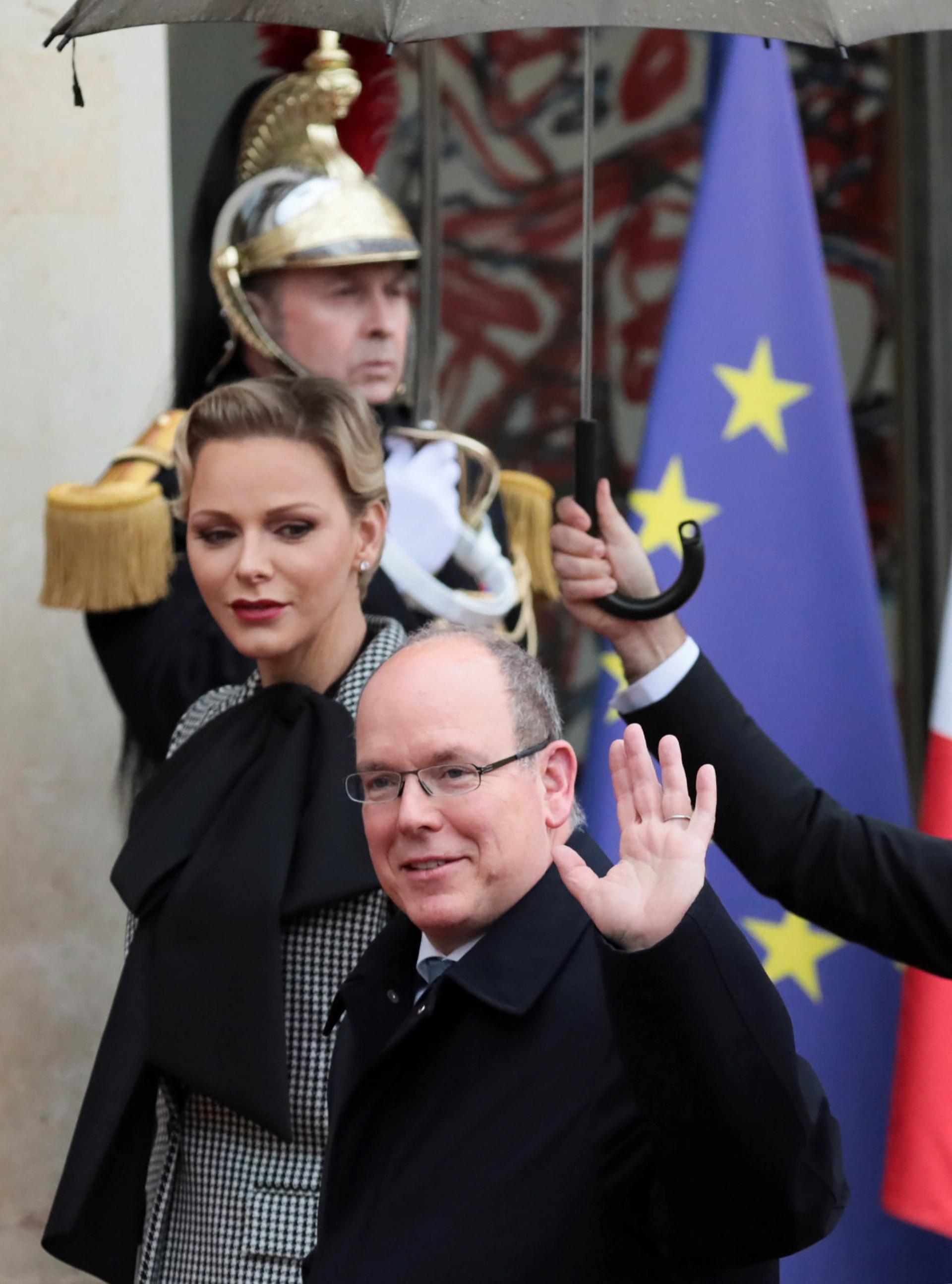 Alberto y Charlene saludan a los franceses que se acercaron a conocerlos y tomarles fotografías
