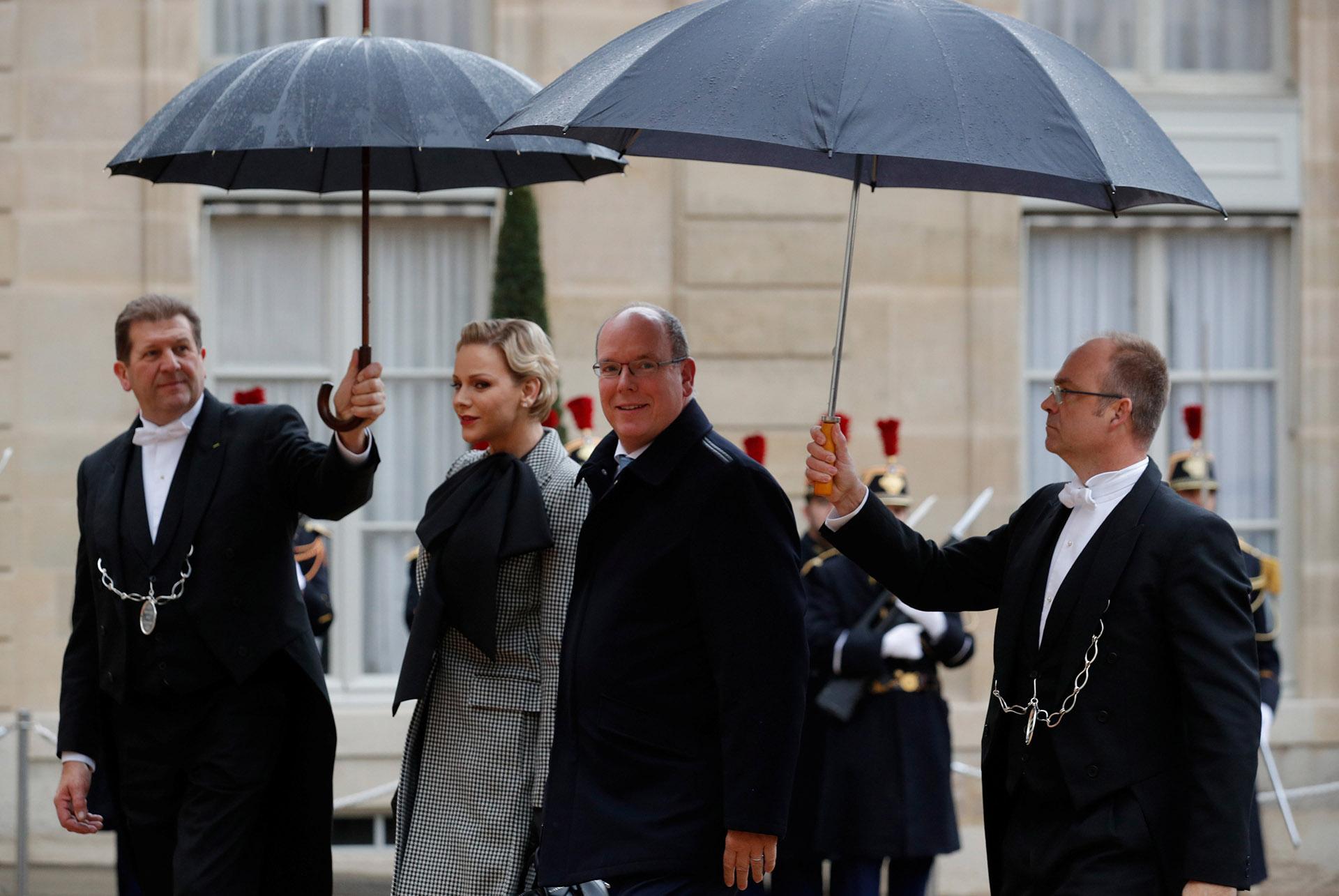 Alberto de Mónaco y su mujer Charlene a su llegada al Palacio del Eliseo, en París