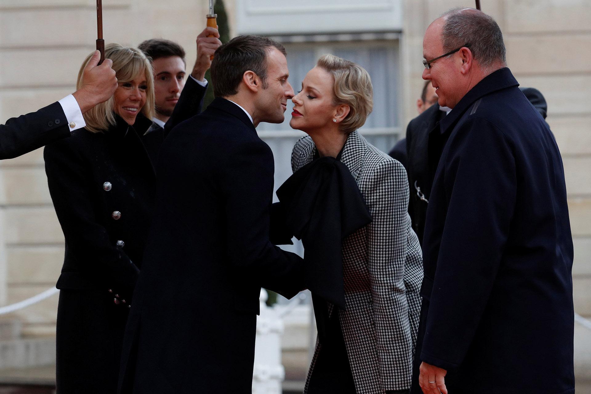 El saludo de ambos matrimonios en la entrada del Palacio de Versalles