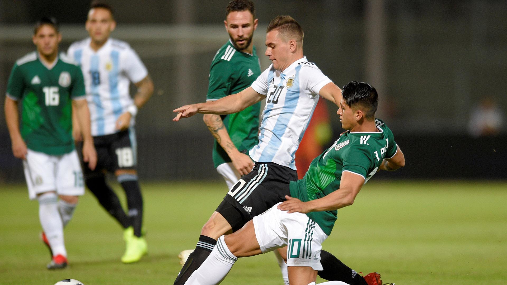 Giovani Lo Celso pelea una pelota en el mediocampo (Reuters)
