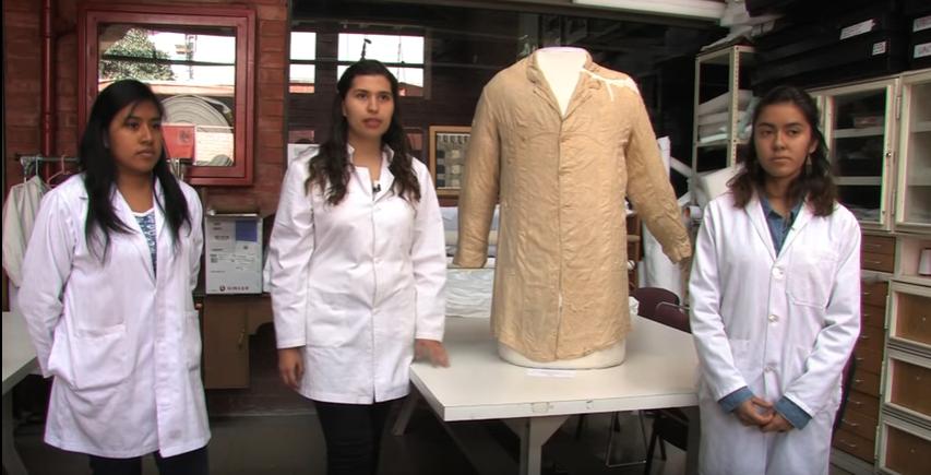 Integrantes del equipo de restauración de la prenda (Foto: YouTube/INAH)