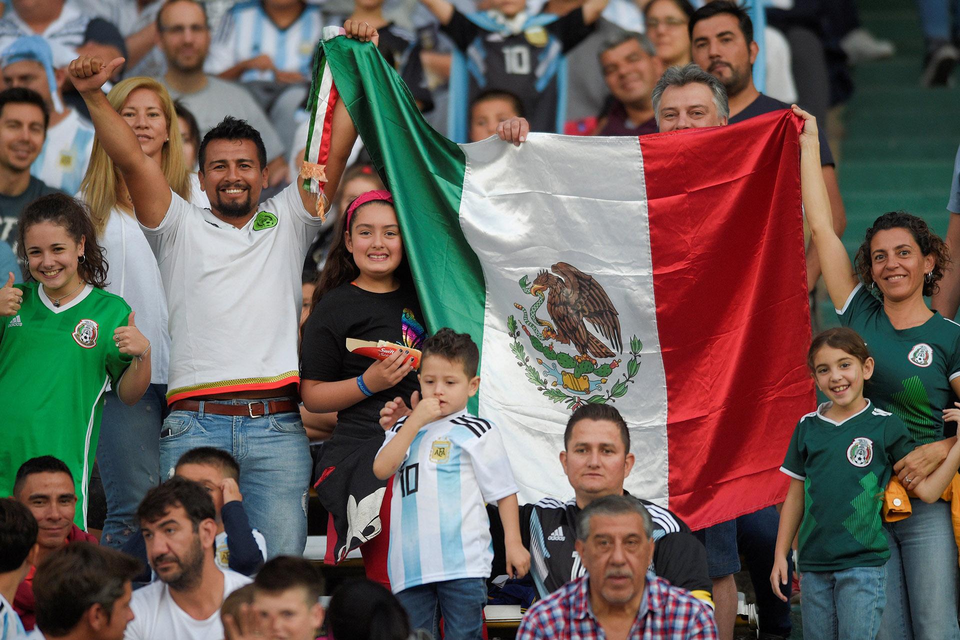 Los hinchas mexicanos y argentinos compartieron las tribunas (Reuters)