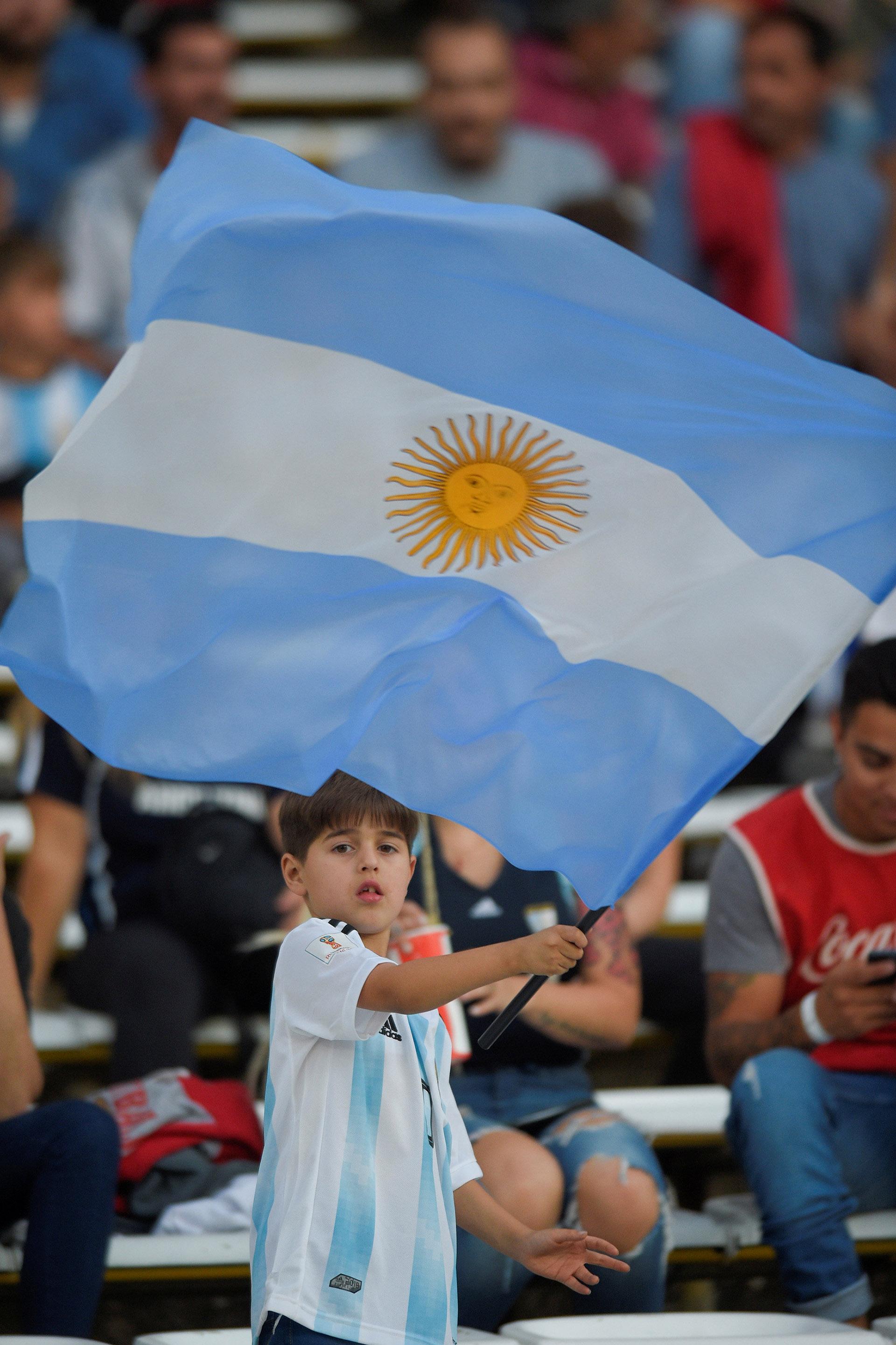 Muchos chicos de las escuelas de Córdoba se acercaron al Mario Alberto Kempes (Reuters)