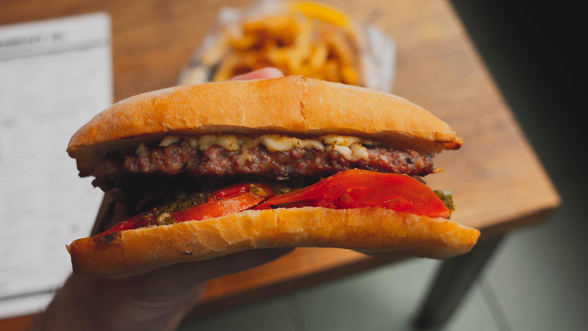 El choripán de puro cerdo con doble provoleta grillada, tomate con orégano, pimientos ahumados y salsa criolla
