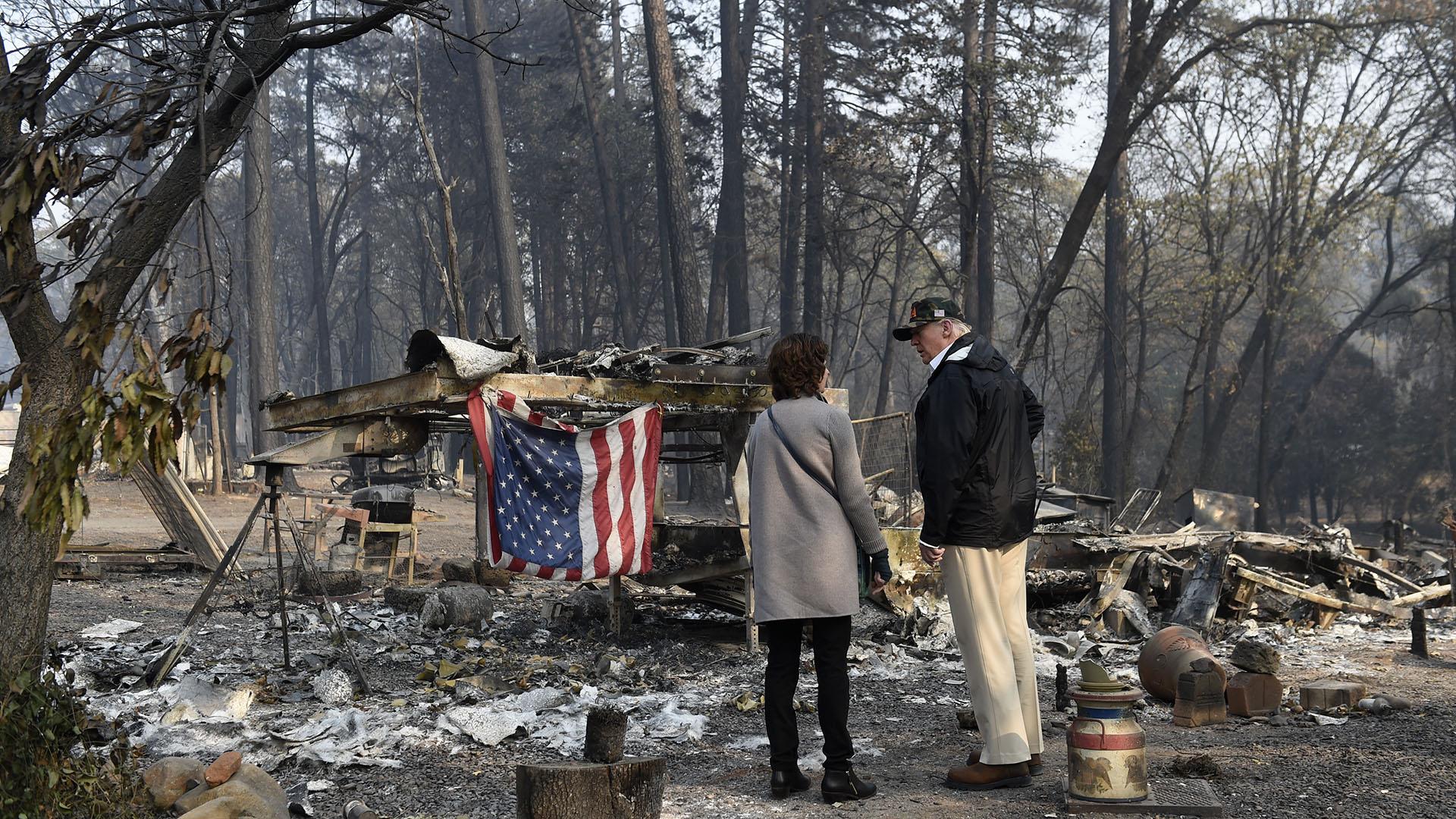 Donald Trump visitando la devastación por los incendios en California(AFP)