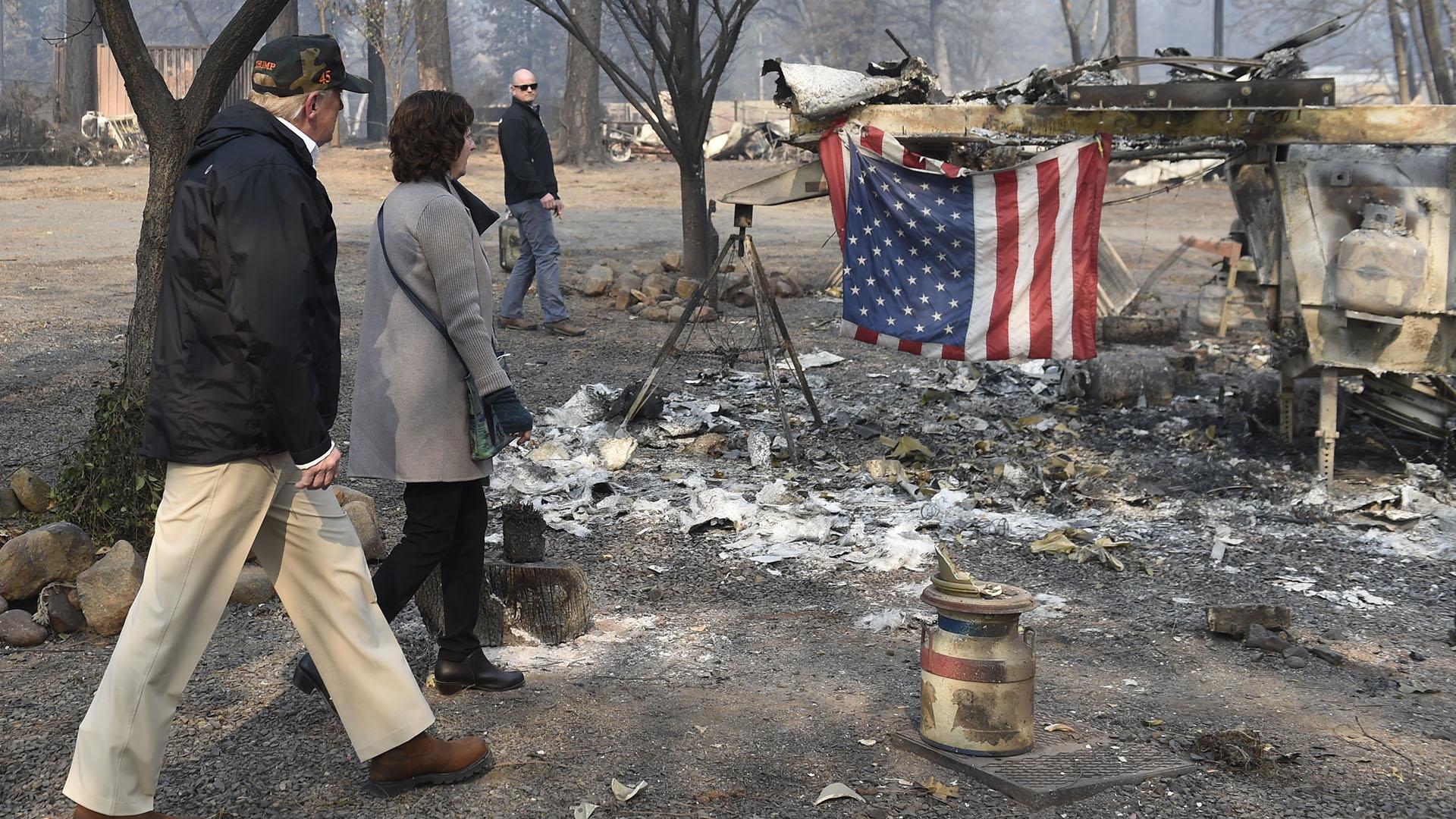 Trump, en las zonas devastadas por los incendios (AFP)