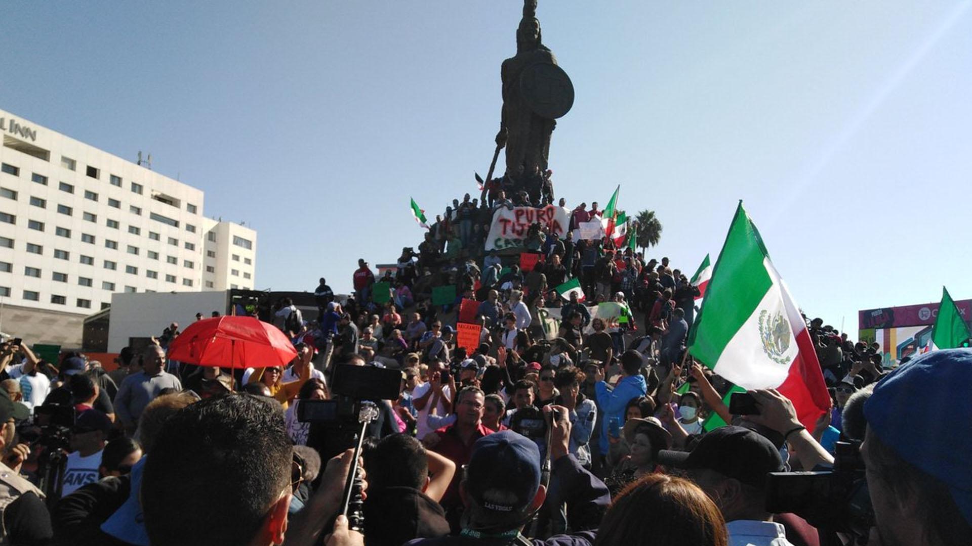 En una céntrica glorieta de la ciudad de Tijuana se manifestaron contra los migrantes. (Foto: @KaeuferTobias)