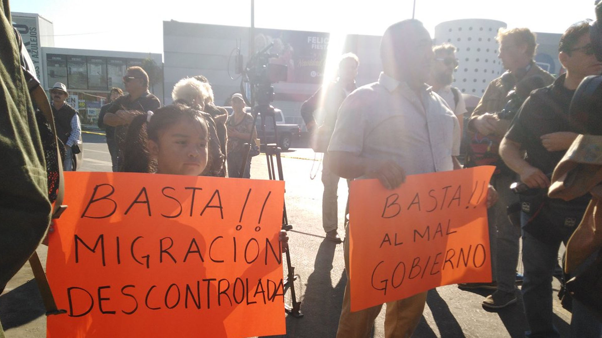 Los tijuanenses que rechazan la llegada masiva de centroamericanos. (Foto: @KaeuferTobias)