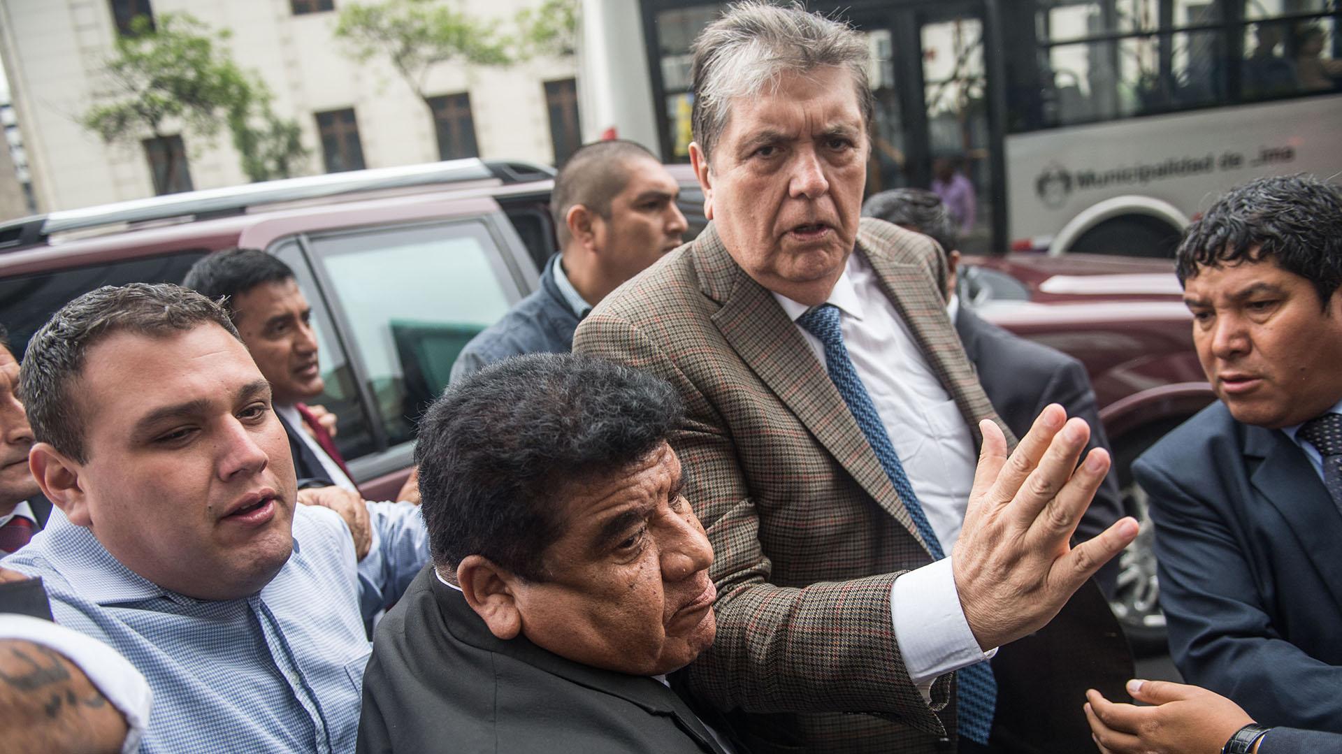 Alan García intentó suicidarse antes de de ser detenido por la justicia (ERNESTO BENAVIDES/AFP)