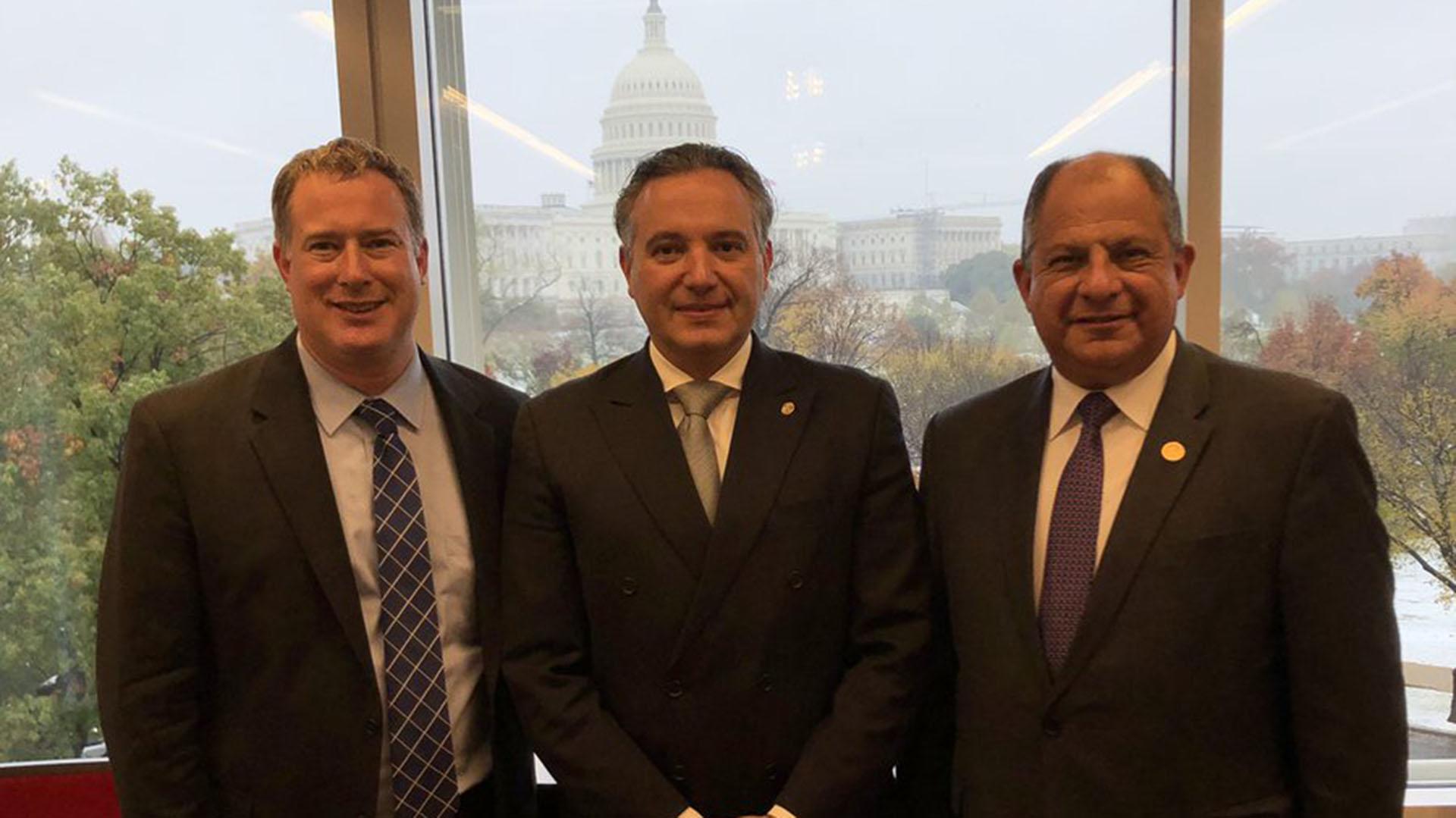 Daniel Erikson, del Penn Biden Center; el embajador de Costa Rica en Estados Unidos, Fernando Llorca Castro; y el ex presidente costarricense Luis Guillermo Solís (@PennBiden)