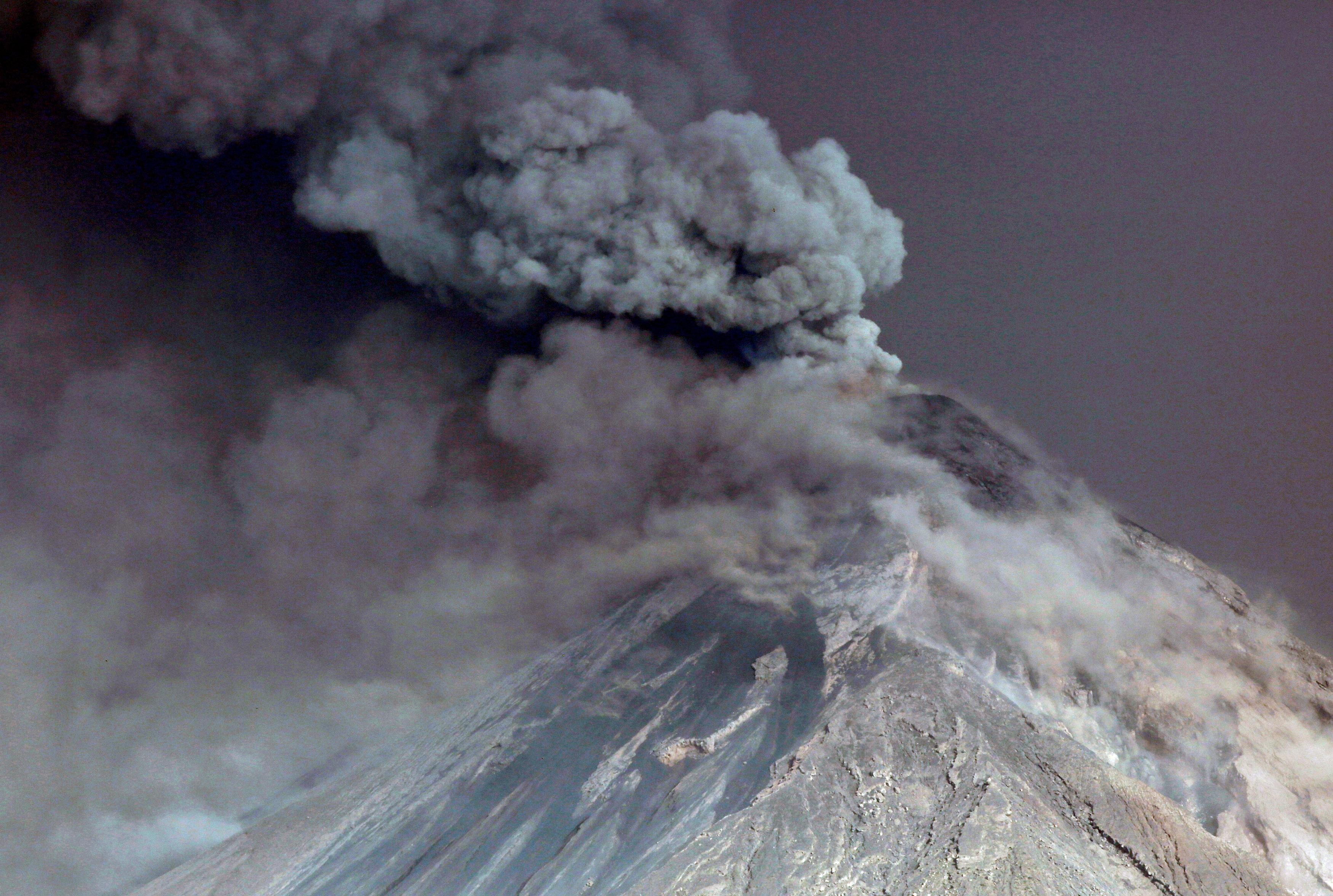El volcán emite humo y cenizas en las poblaciones aledañas