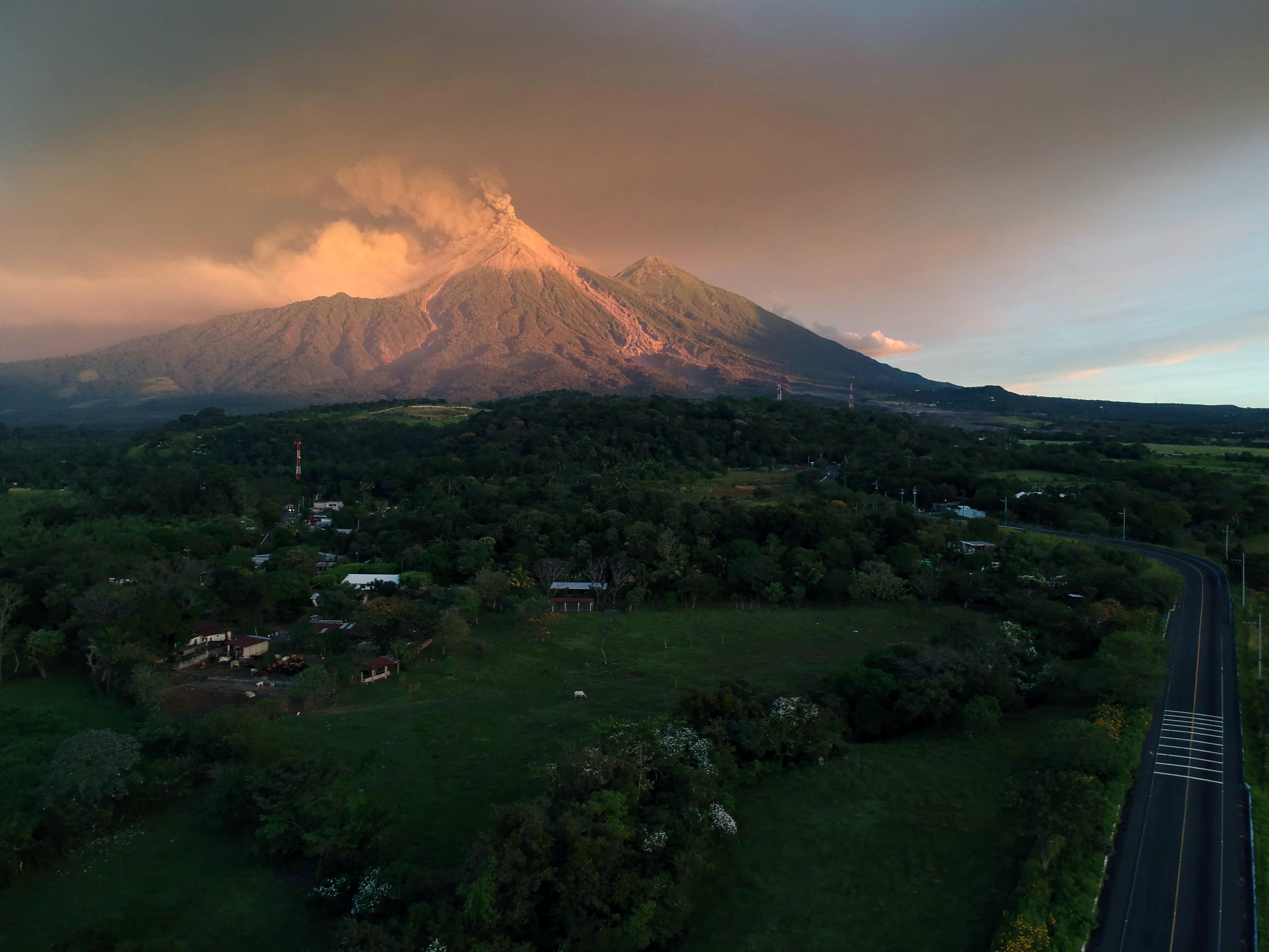 El pasado 3 de junio, el volcán tuvo una potente erupción. Cubrió de ceniza varios poblados ubicados a decenas de kilómetros y obligó al cierre del aeropuerto internacional de la capital