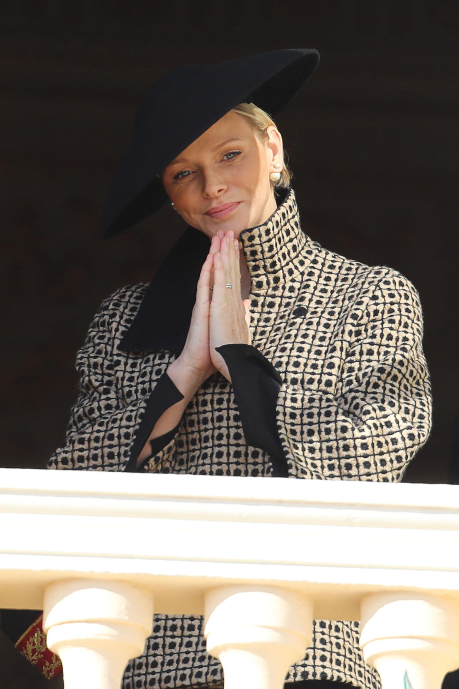 La princesa Charlene observando a los monegascos que se acercaron al Palacio