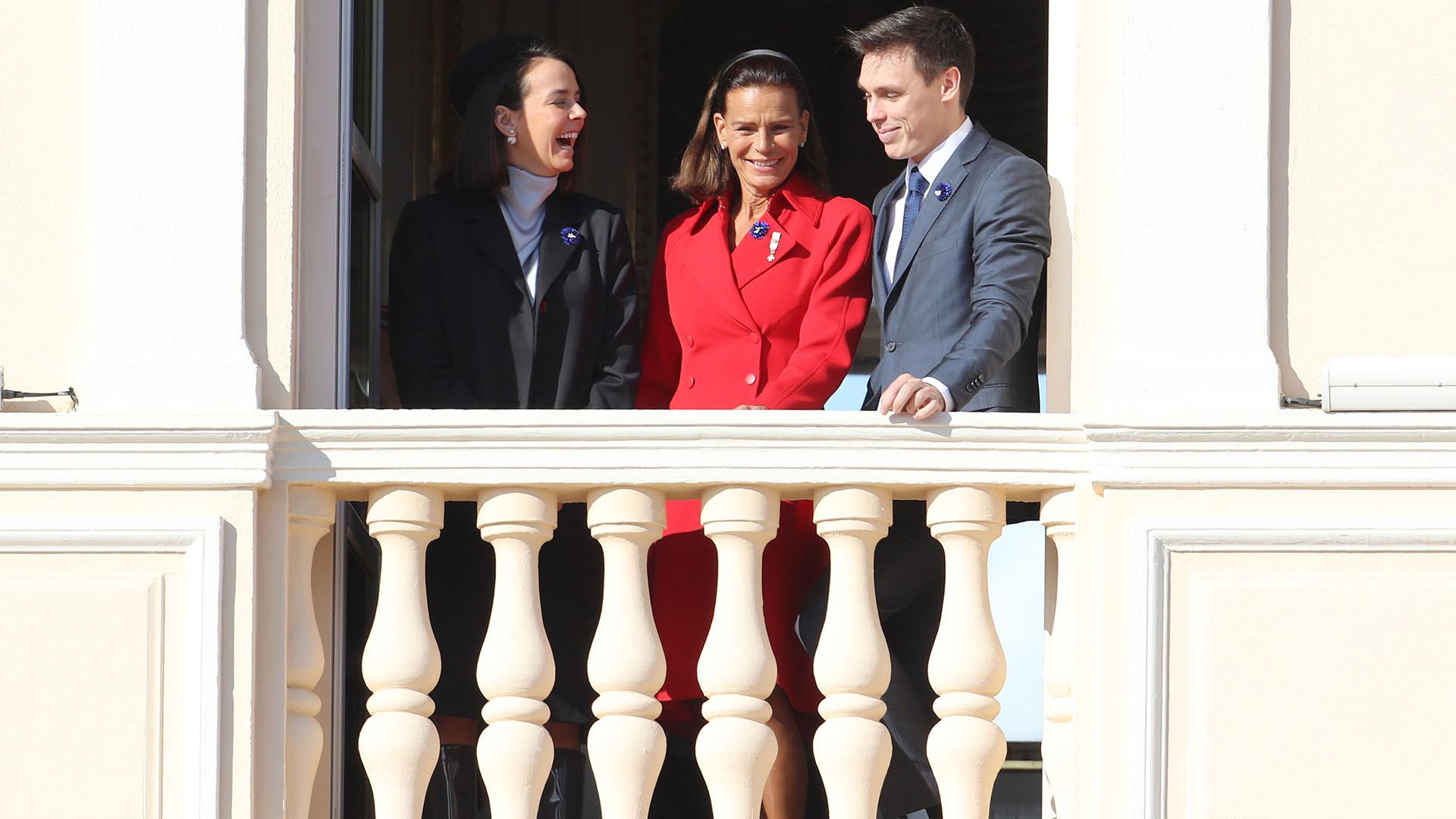Estefanía sonríe junto a sus hijos Pauline y Louis Ducruet en el balcón del Palacio
