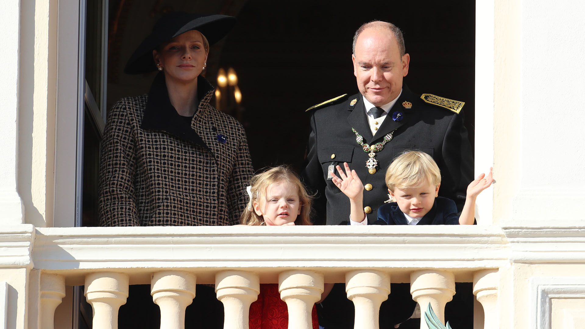 Alberto de Mónaco junto a su mujer y sus hijos