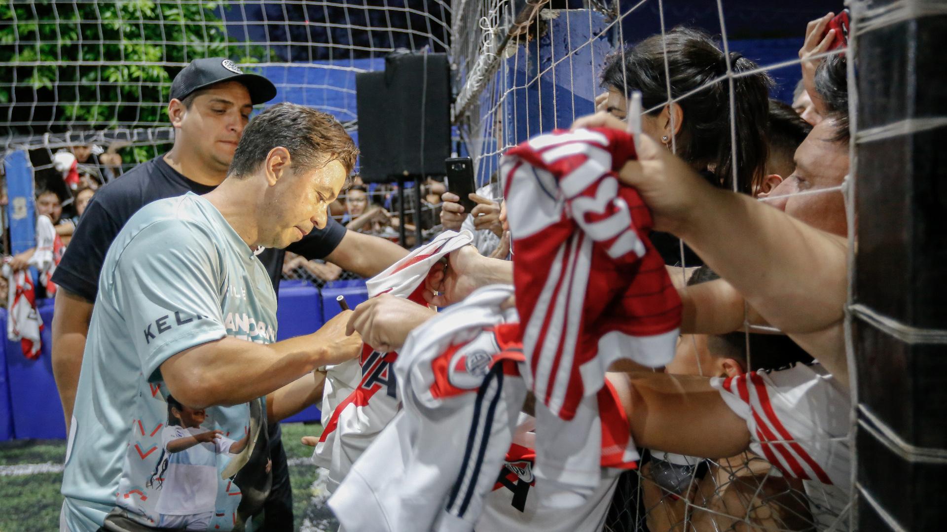 Cientos de personas se hicieron presente en el club de Merlo. Disfrutaron del partido a beneficio y además se llevaron un autógrafo de su ídolo