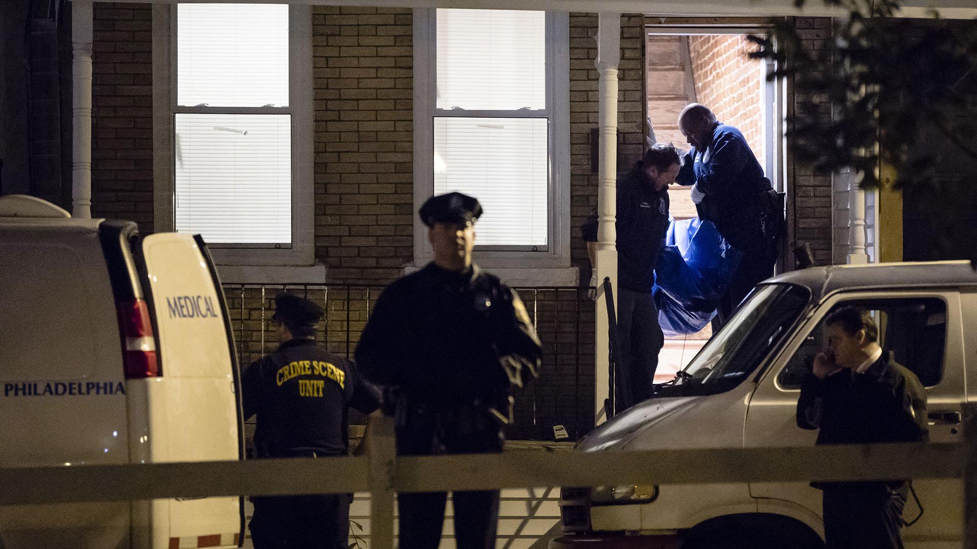 Las autoridades sacan uno de los cuerpos sin vida de la propiedad (AP)