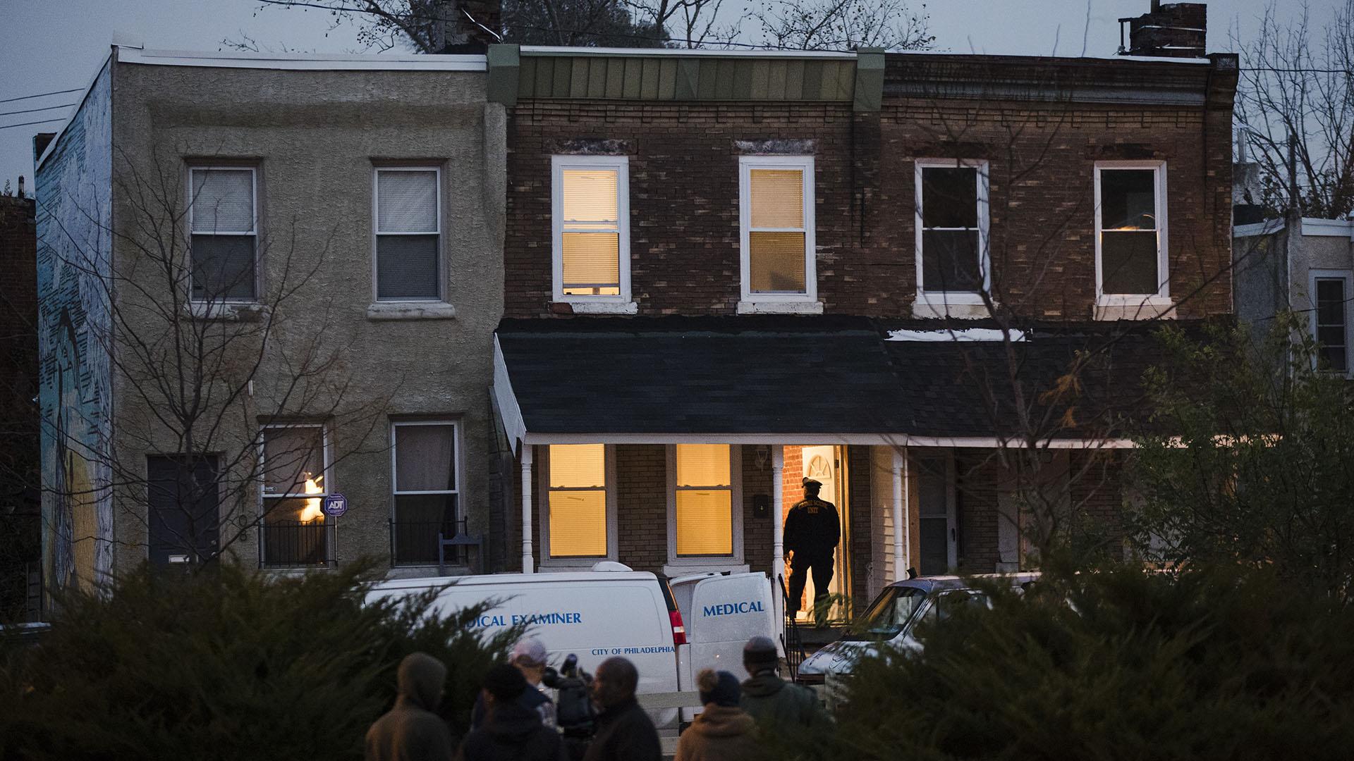 La vivienda en refacción en Filadelfia donde ejecutaron a cuatro personas en el sótano (AP)