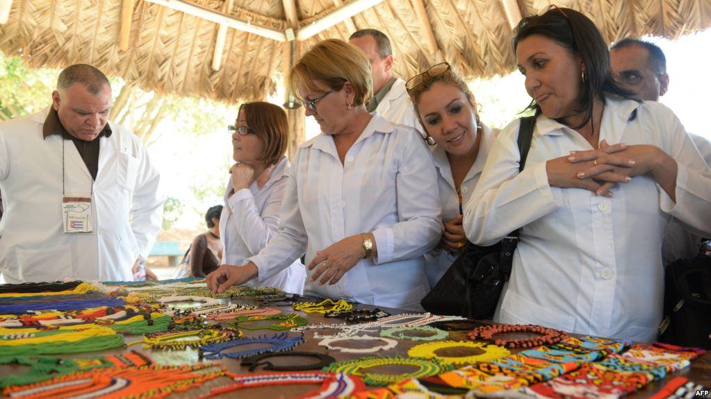 Miles de médicos cubanos abandonaron Brasil y fueron enviados a Venezuela (AFP)