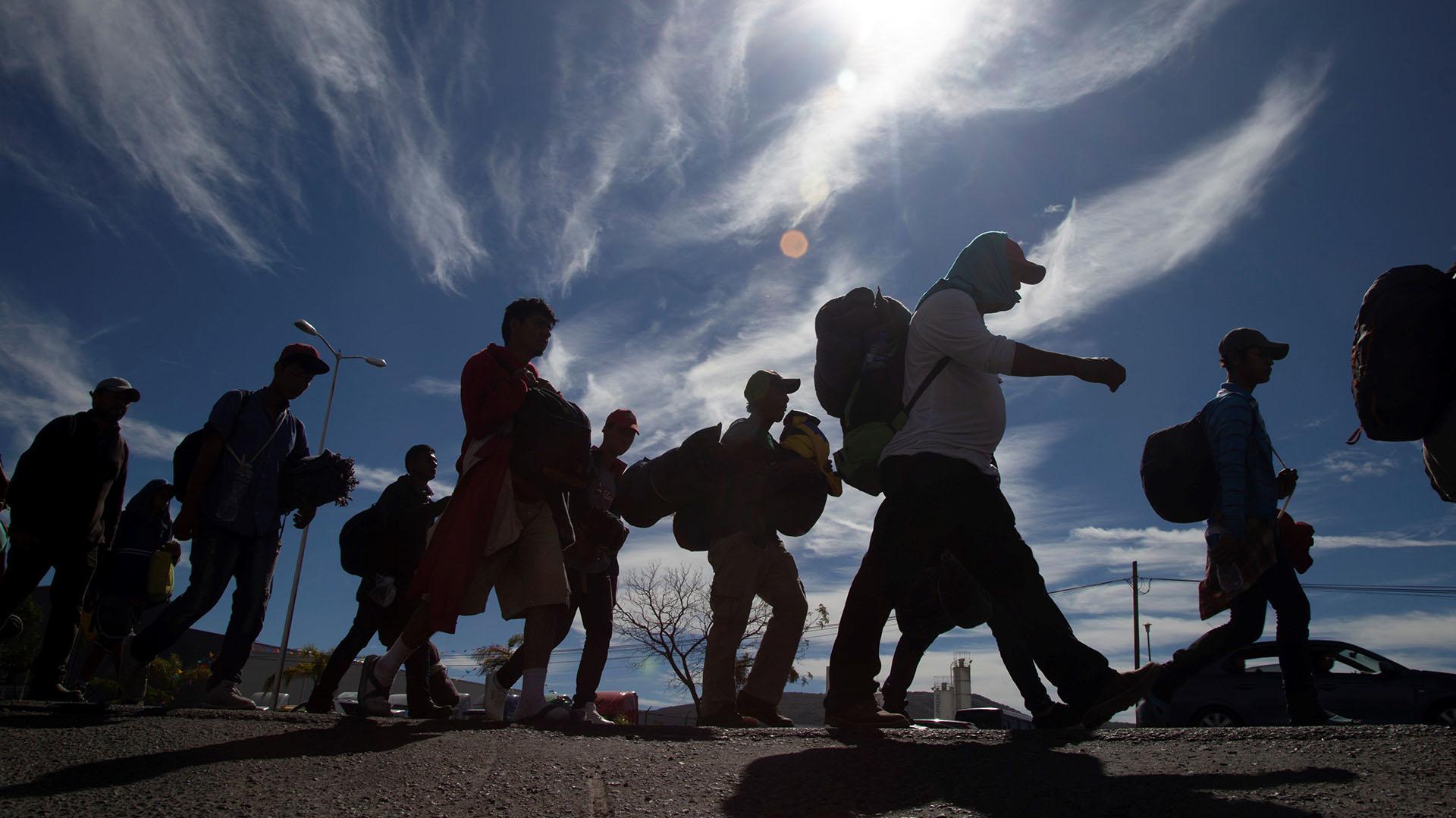 """Grupos de migrantes centroamericanos en su travesía hacia """"el sueño americano"""" (Foto: EFE)"""