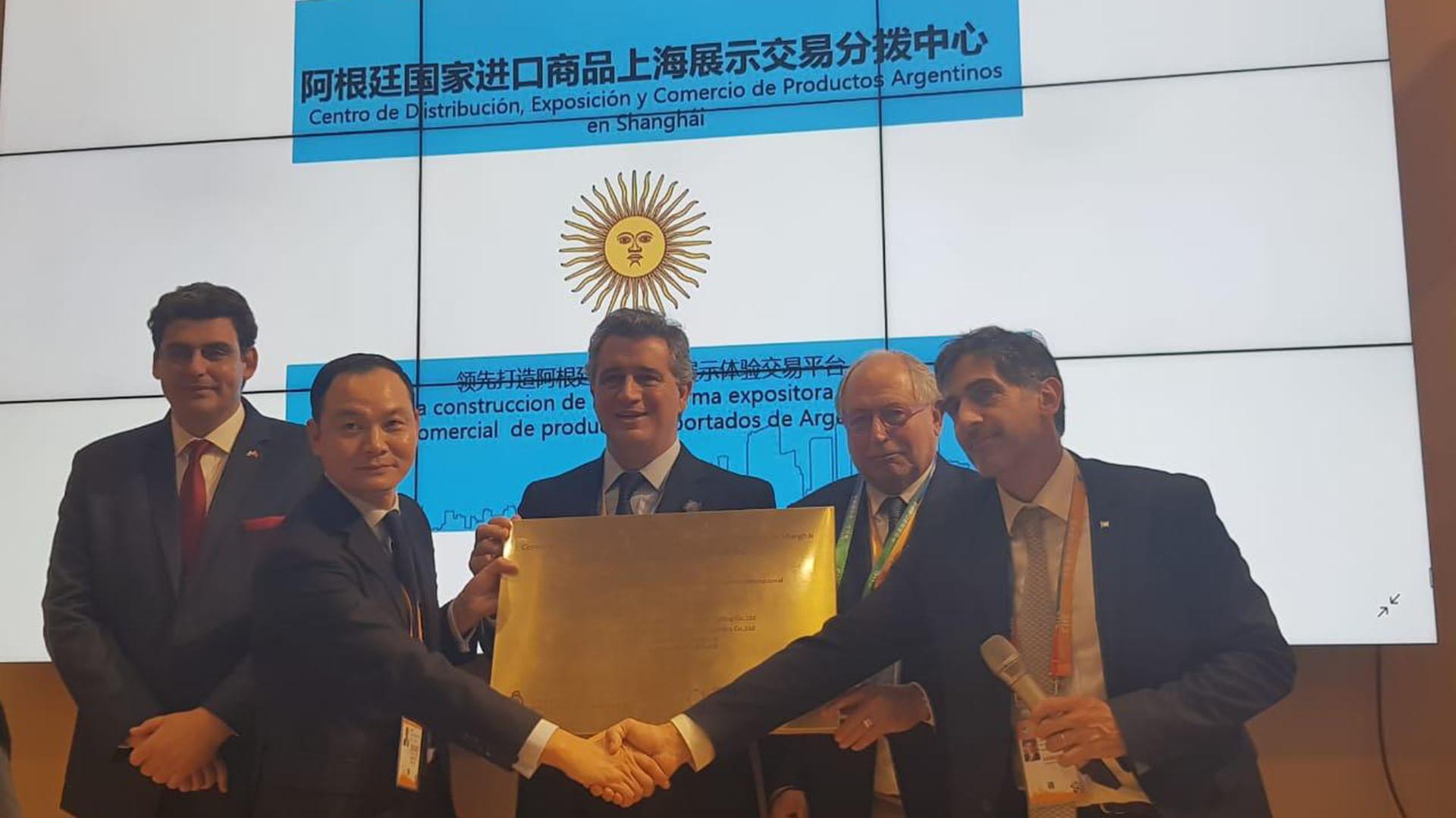 Tripodi con el secretario de Agroindustria Luis Miguel Etchevehere, el embajador argentino en China, Diego Guelar, y funcionarios chinos