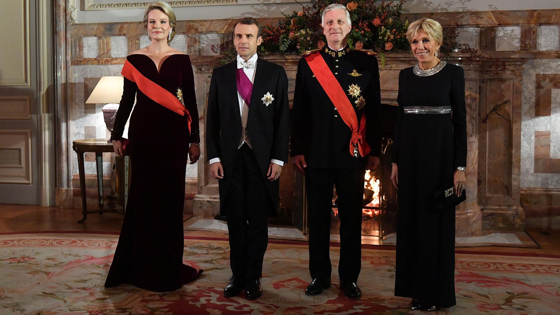 Mathilde eligió un impactante vestido de terciopelo con escote corazón, mientras que Brigitte escogió uno negro combinado con plata