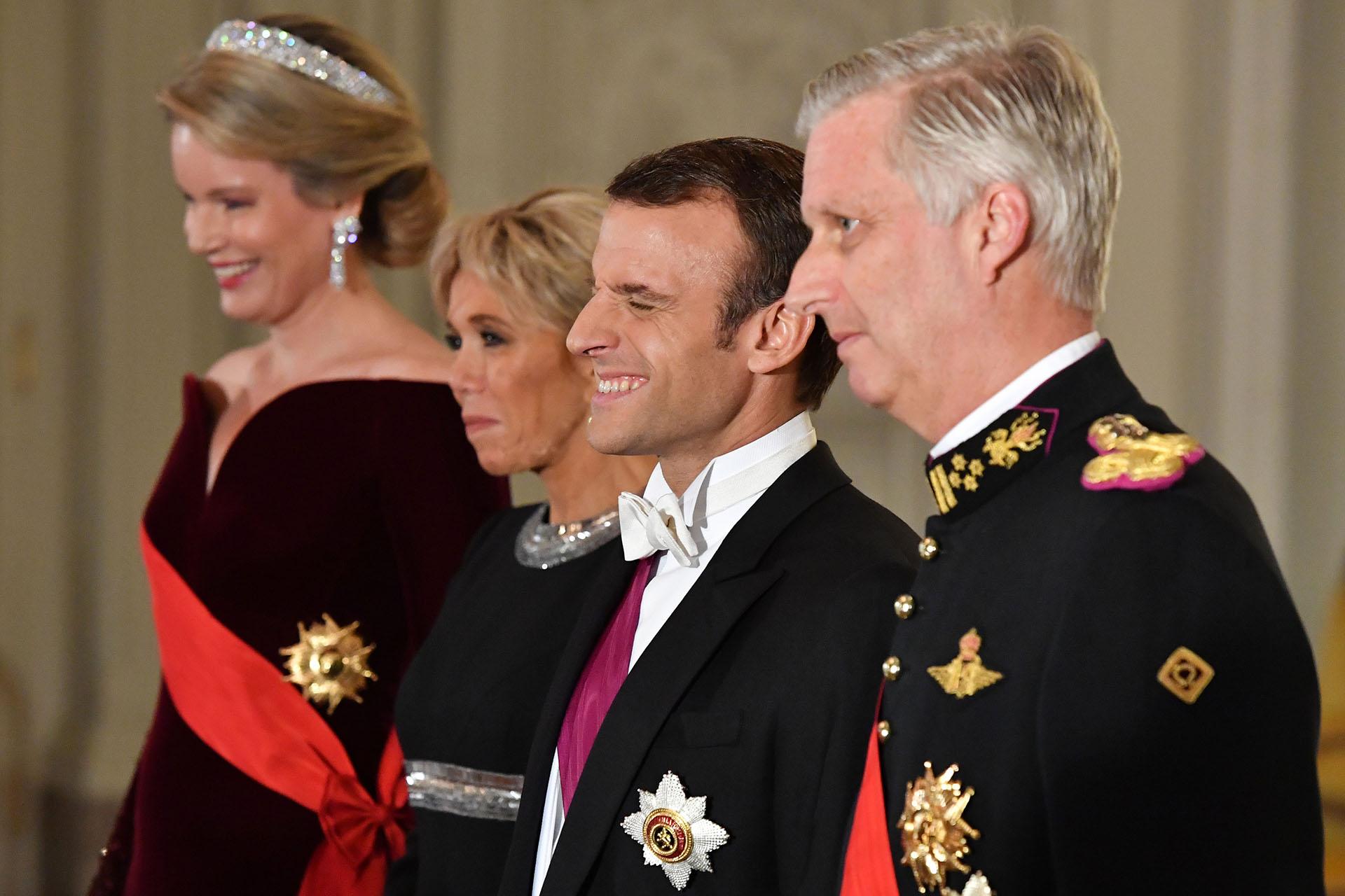 Por la noche, ambos matrimonios se vistieron de rigurosa etiqueta para la cena de gala en el Palacio Real, en Laeken
